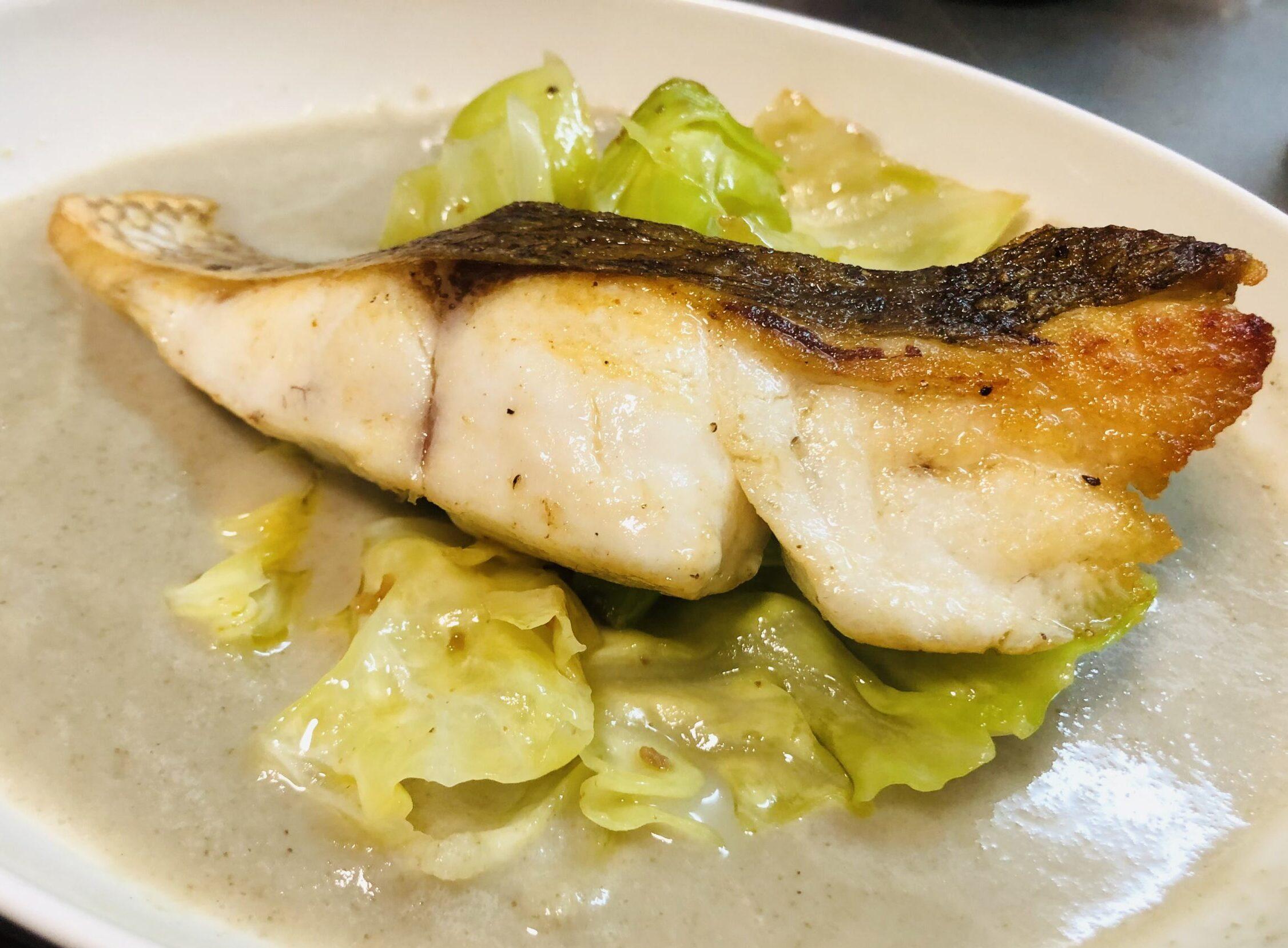 新ごぼうのスープにアンチョビキャベツと真鯛のポワレの画像です