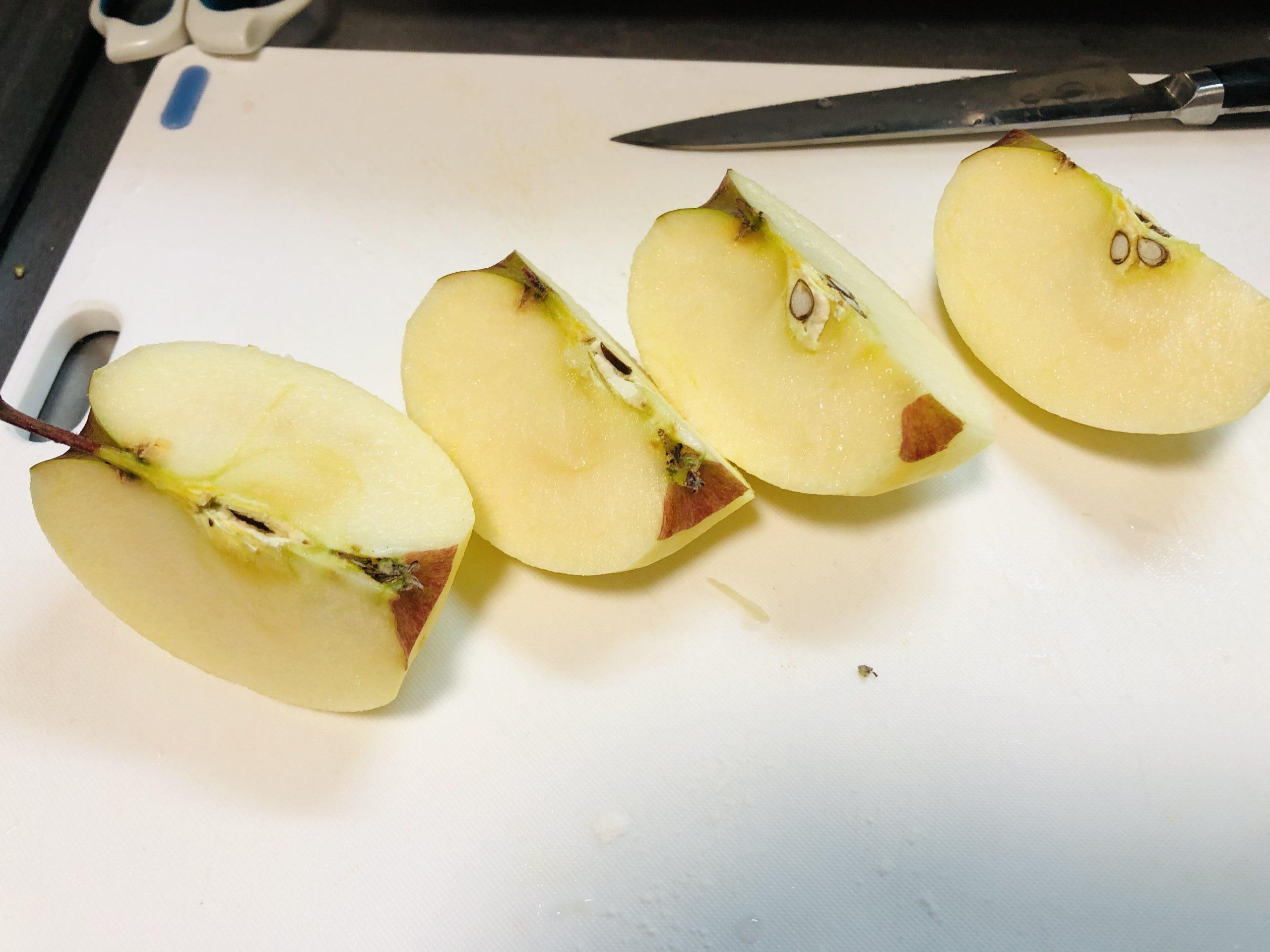 リンゴの皮を剥いて4等分した状態の画像です