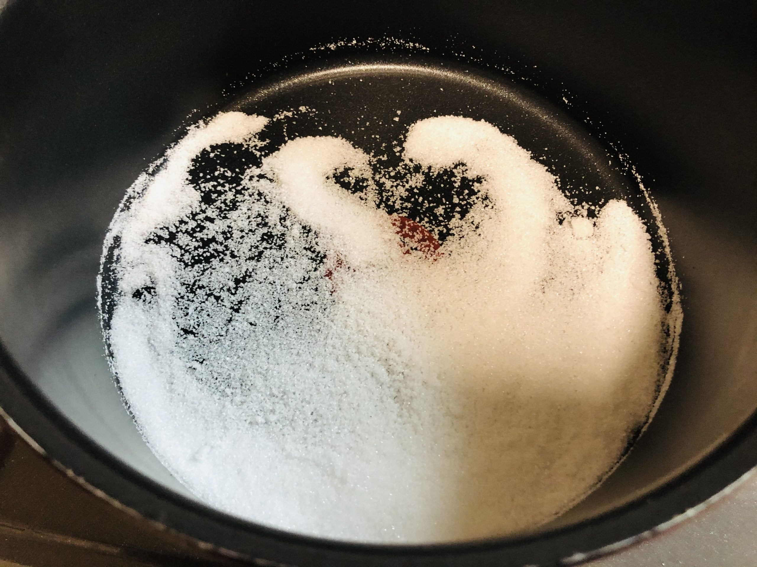 鍋にキャラメル用のグラニュー糖を入れた様子の画像です。