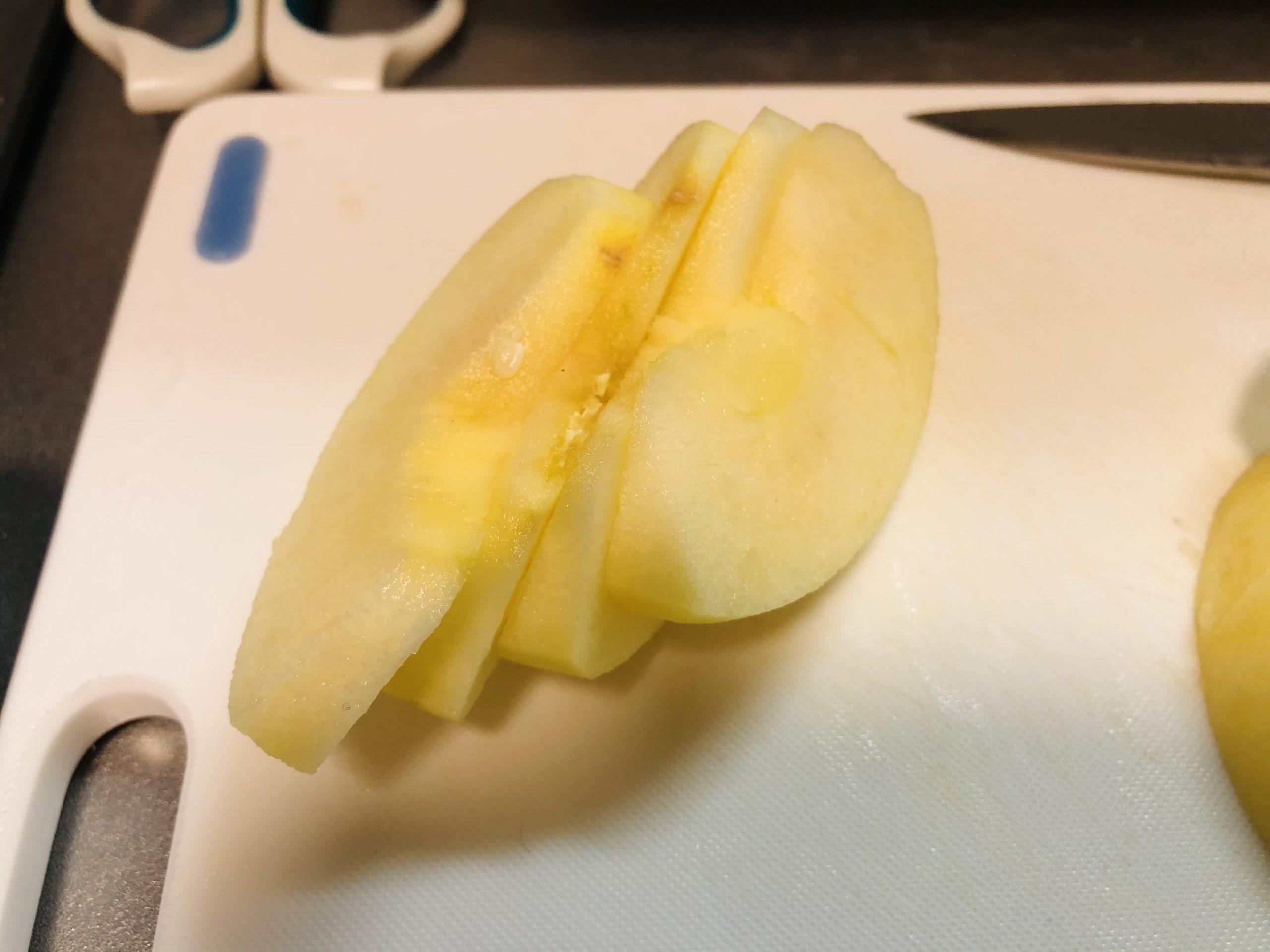 1/4のリンゴを更に4等分に切った様子の画像です