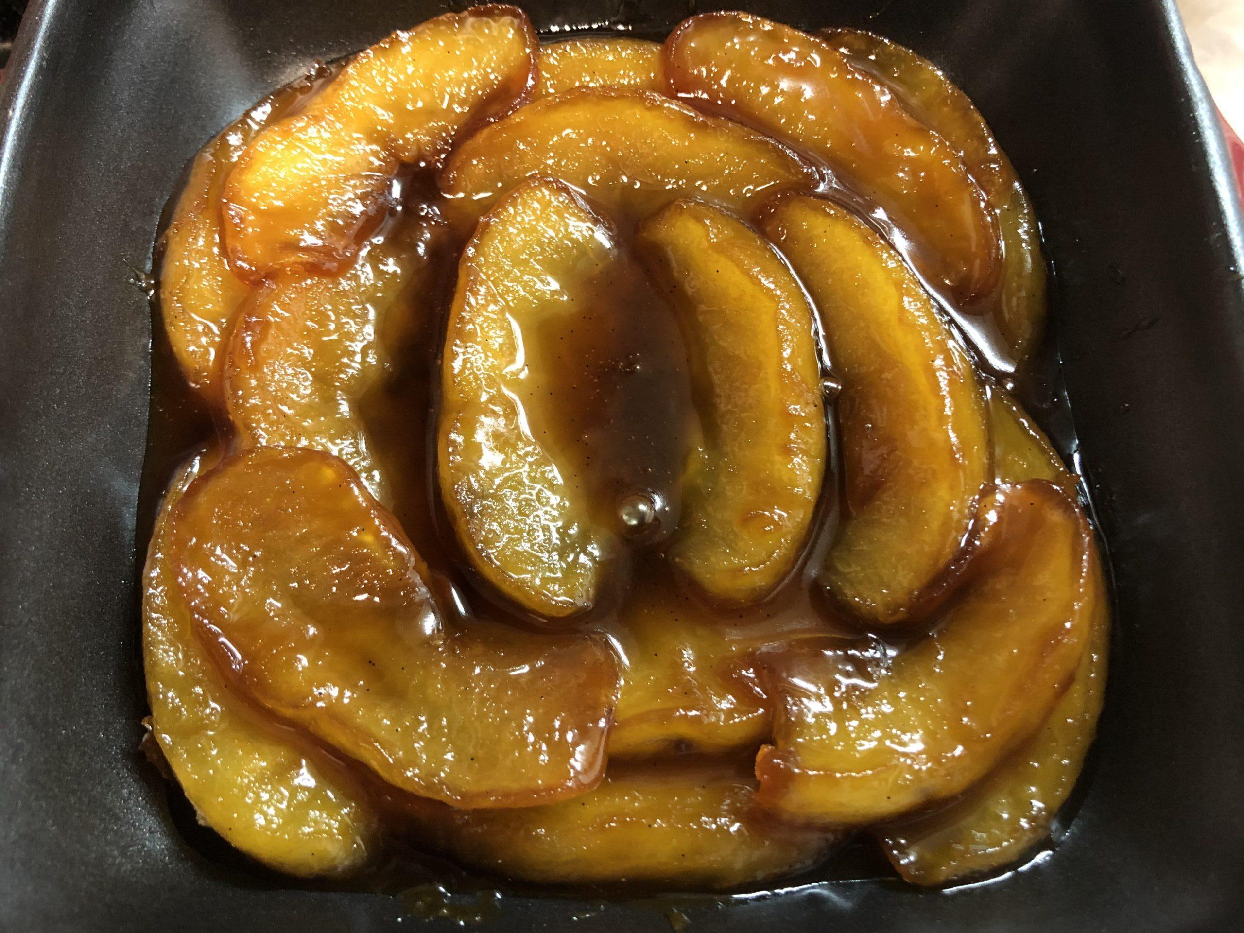 型にキャラメルで煮詰めたリンゴを敷き詰めた様子の画像です