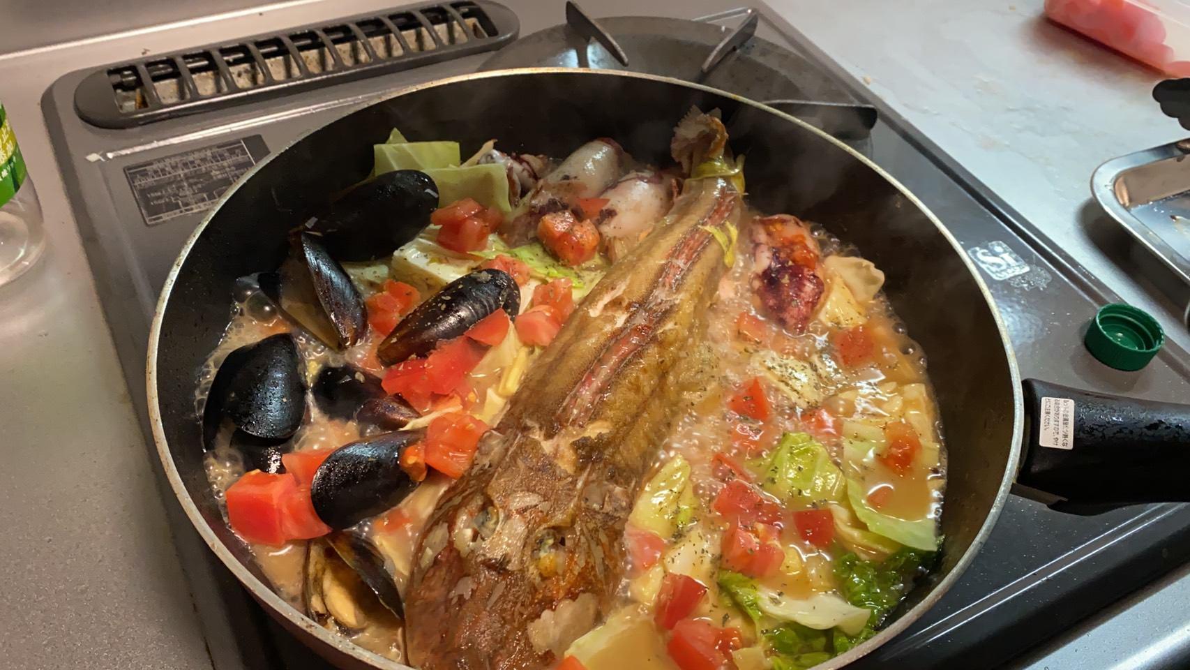 トマトを入れて煮立たせている様子の画像です