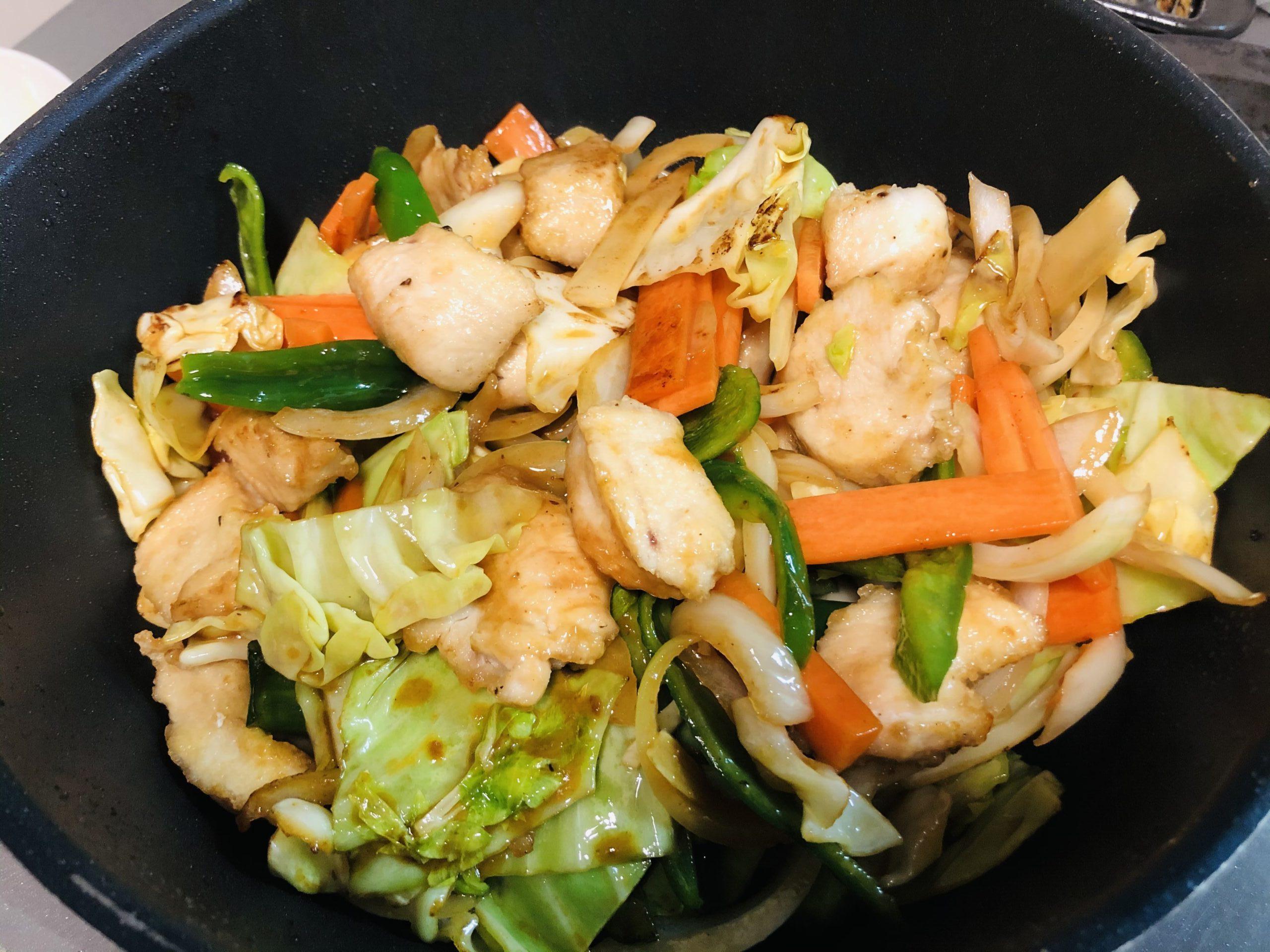 野菜と肉を絡めて炒めている様子の画像です