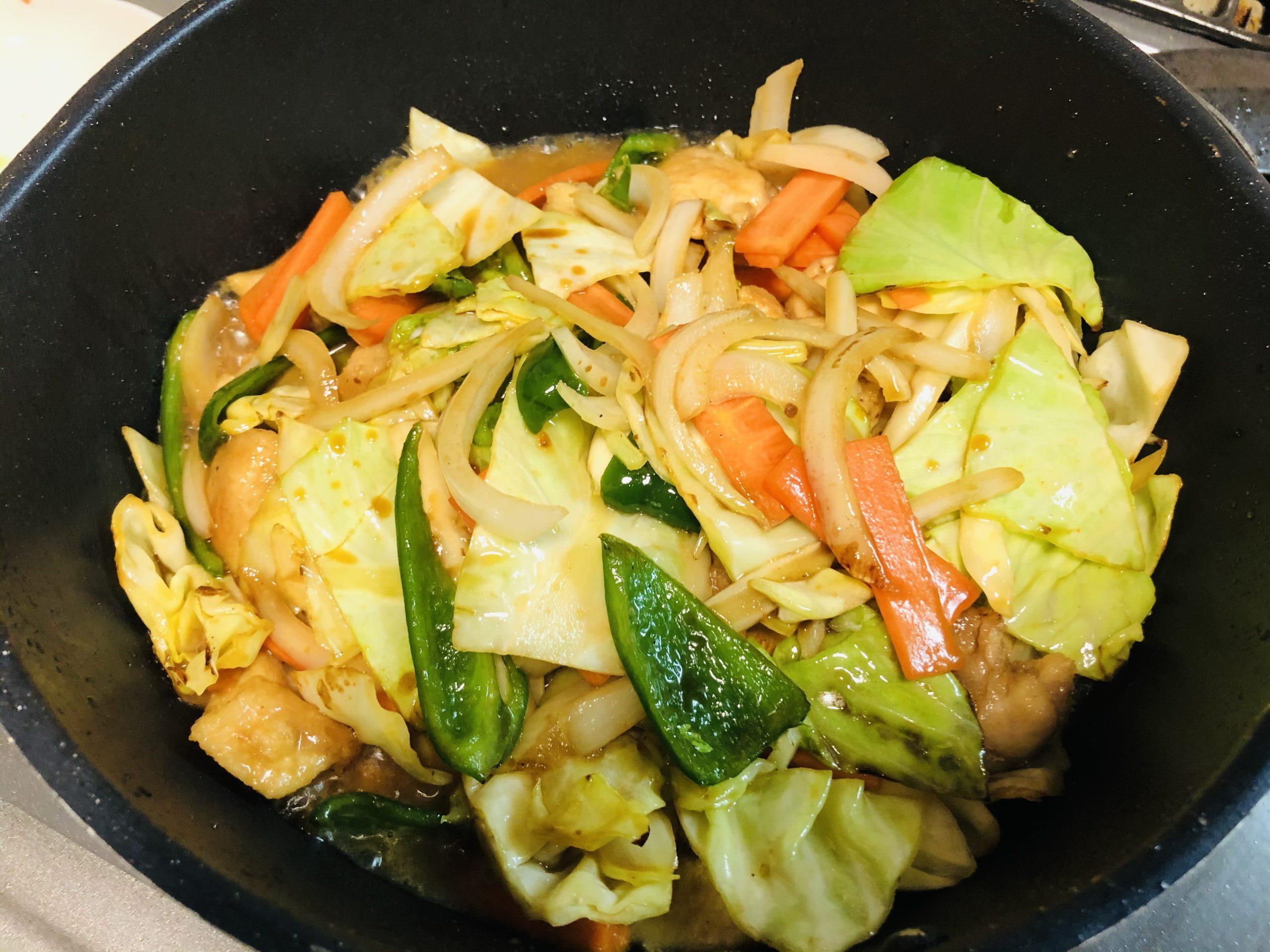 野菜と肉が入り、水と中華だしを入れ、煮立たせている様子の画像です。