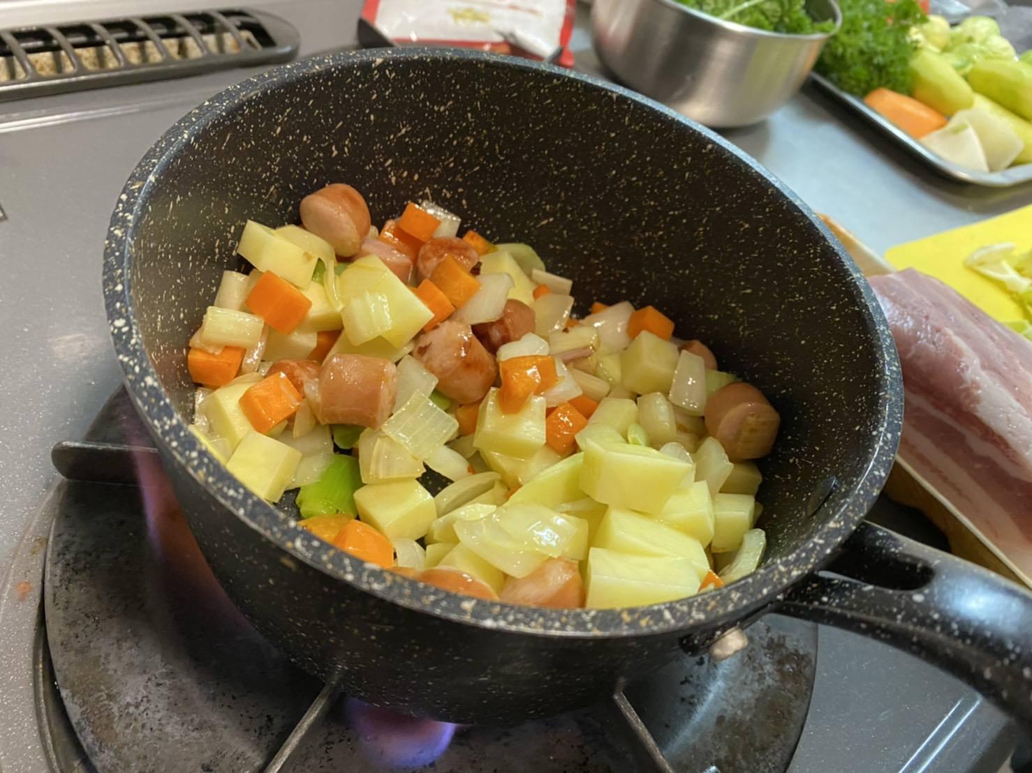 鍋にジャガイモを入れた画像です