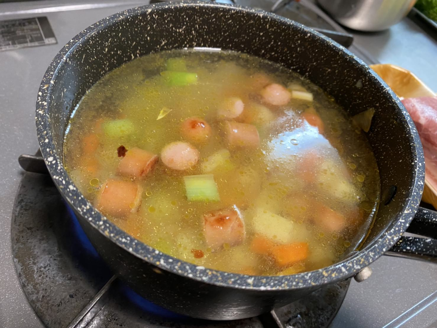 鍋に水を入れた画像です。