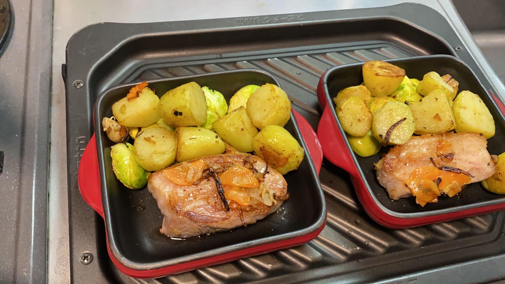 耐熱皿に肉、芽キャベツ、ジャガイモを盛った様子の画像です