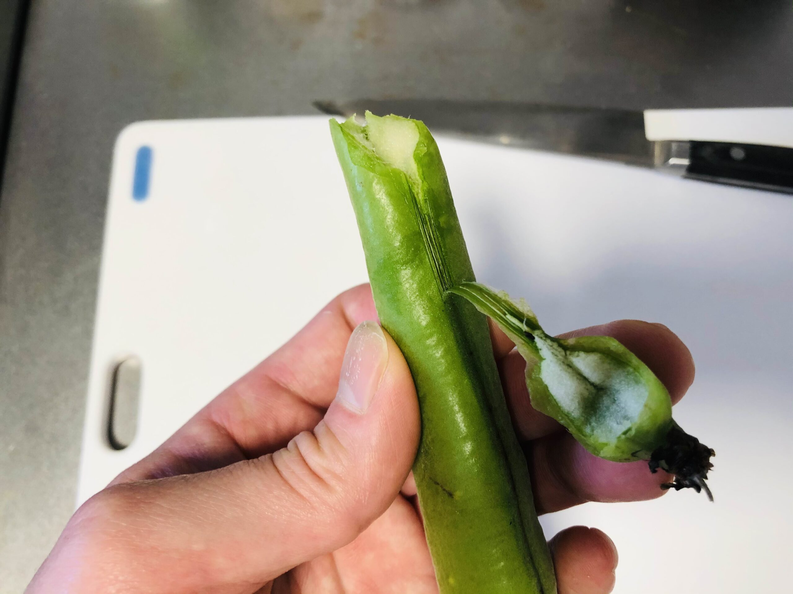 そら豆を鞘から剥く様子の画像です
