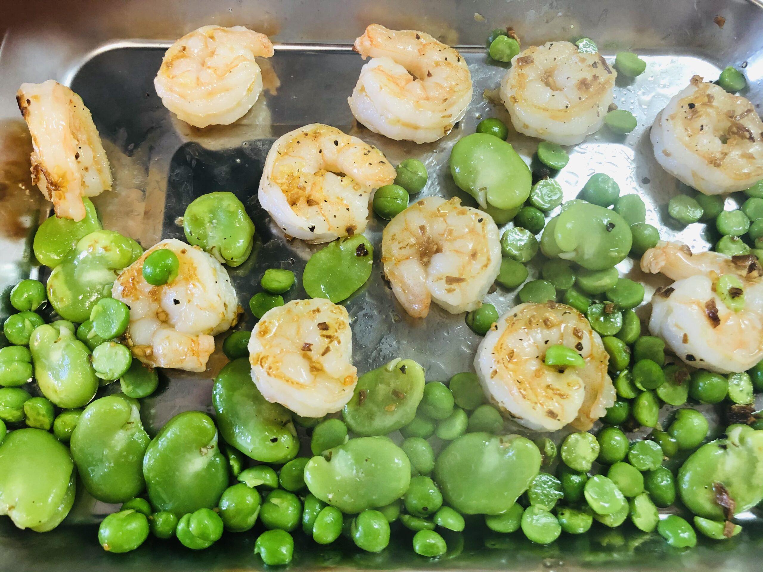 エビを炒め、豆類を加え、塩コショウして、バットに移した様子の画像です