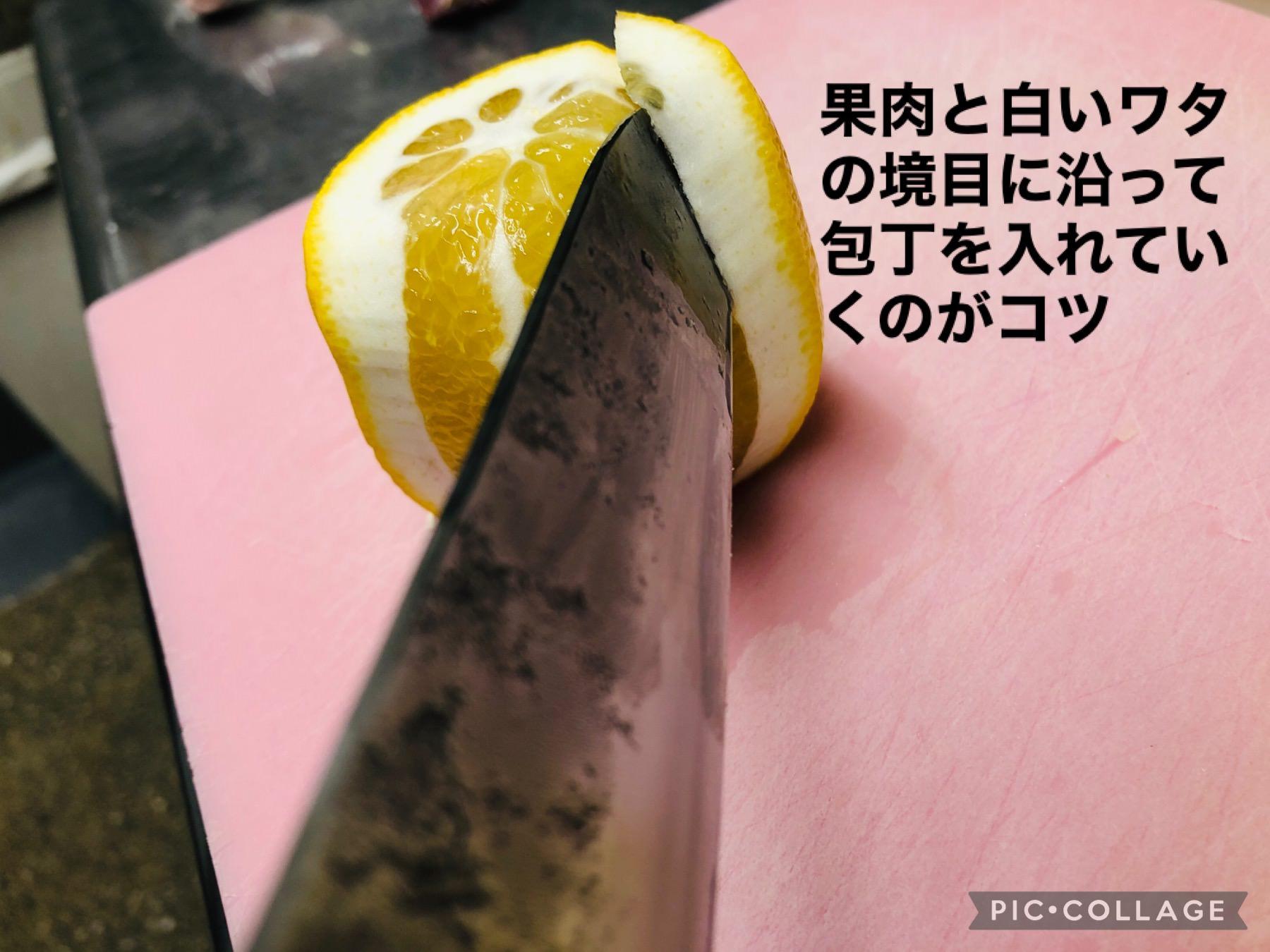 レモンをきれいに剥くコツを解説している画像です