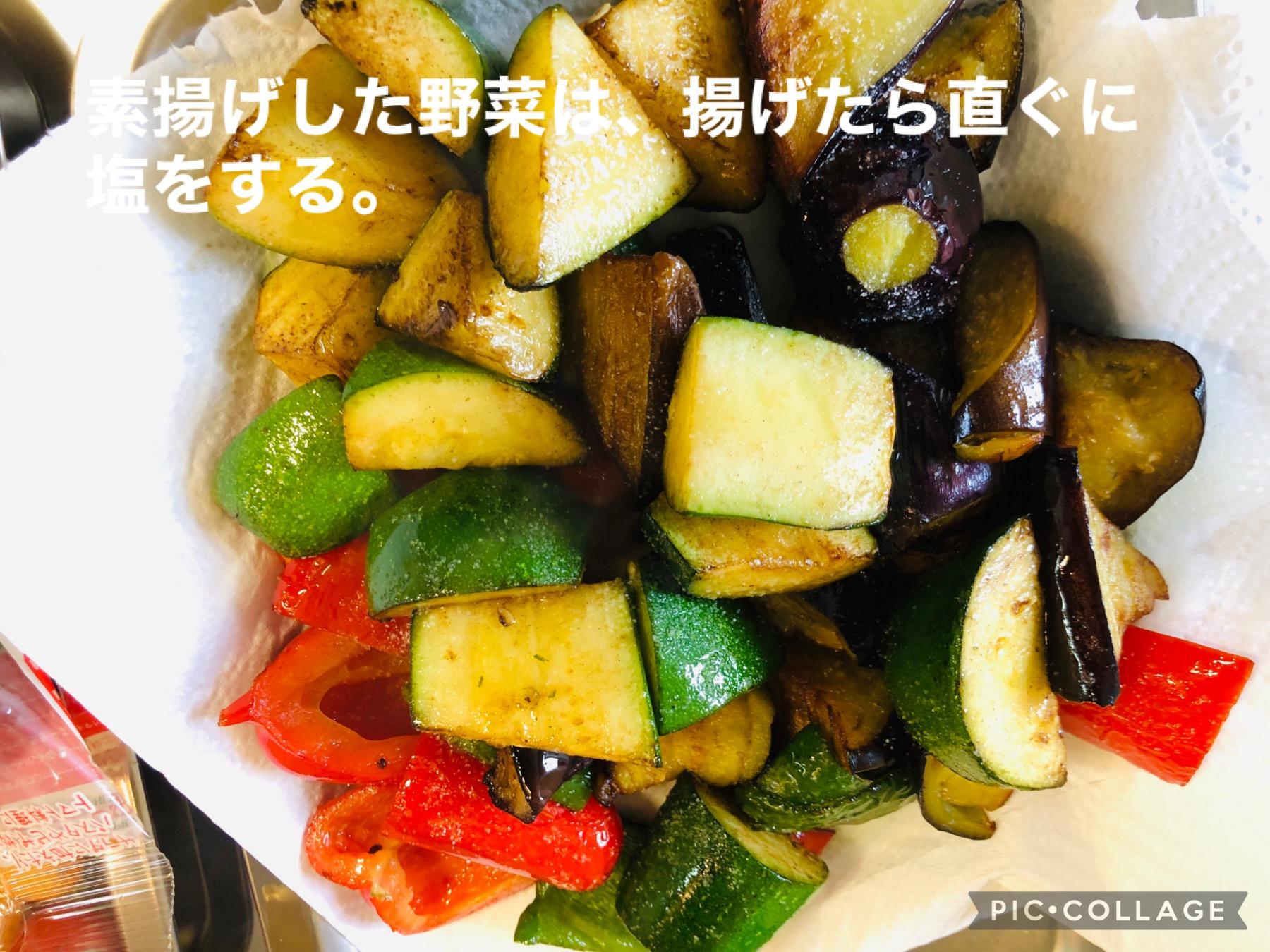 素揚げした野菜をキッチンペーパーの上に広げている画像です