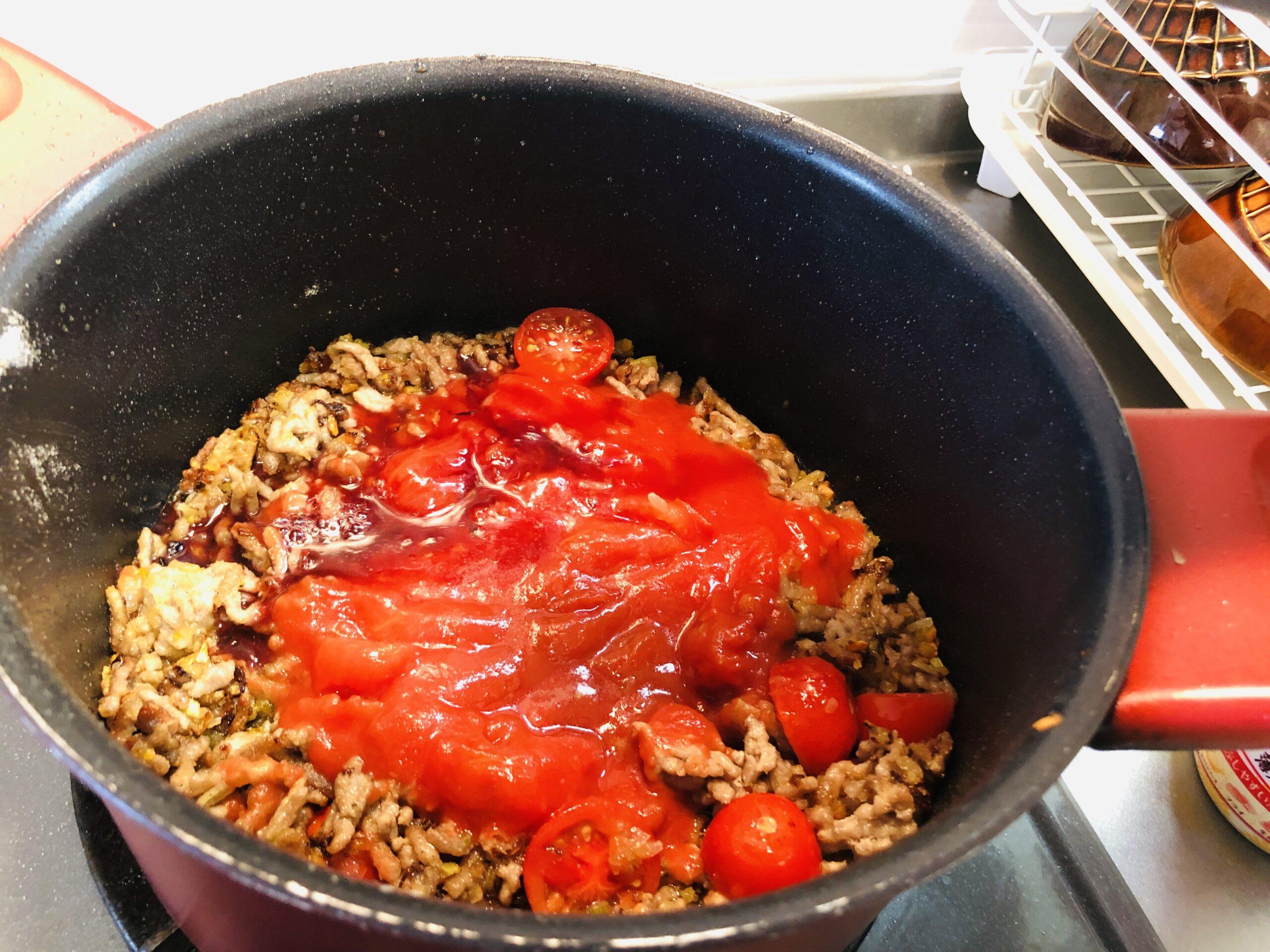 ホールトマトを加えた状態の画像です