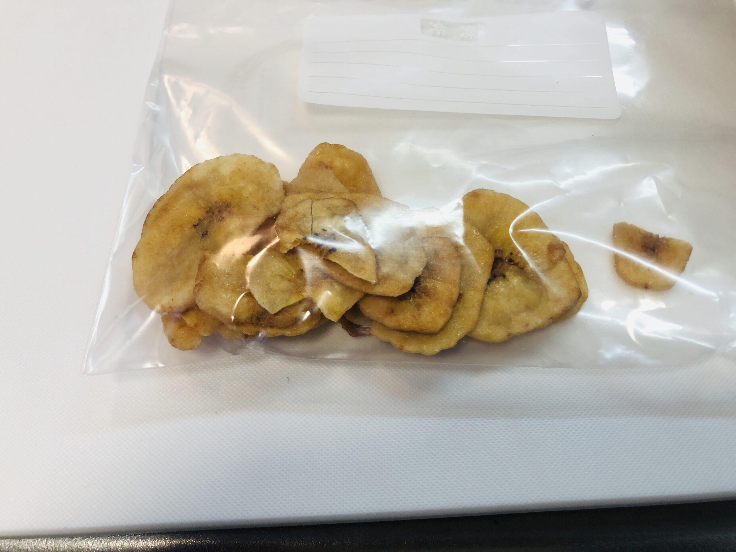 袋に入れたバナナチップスの画像です