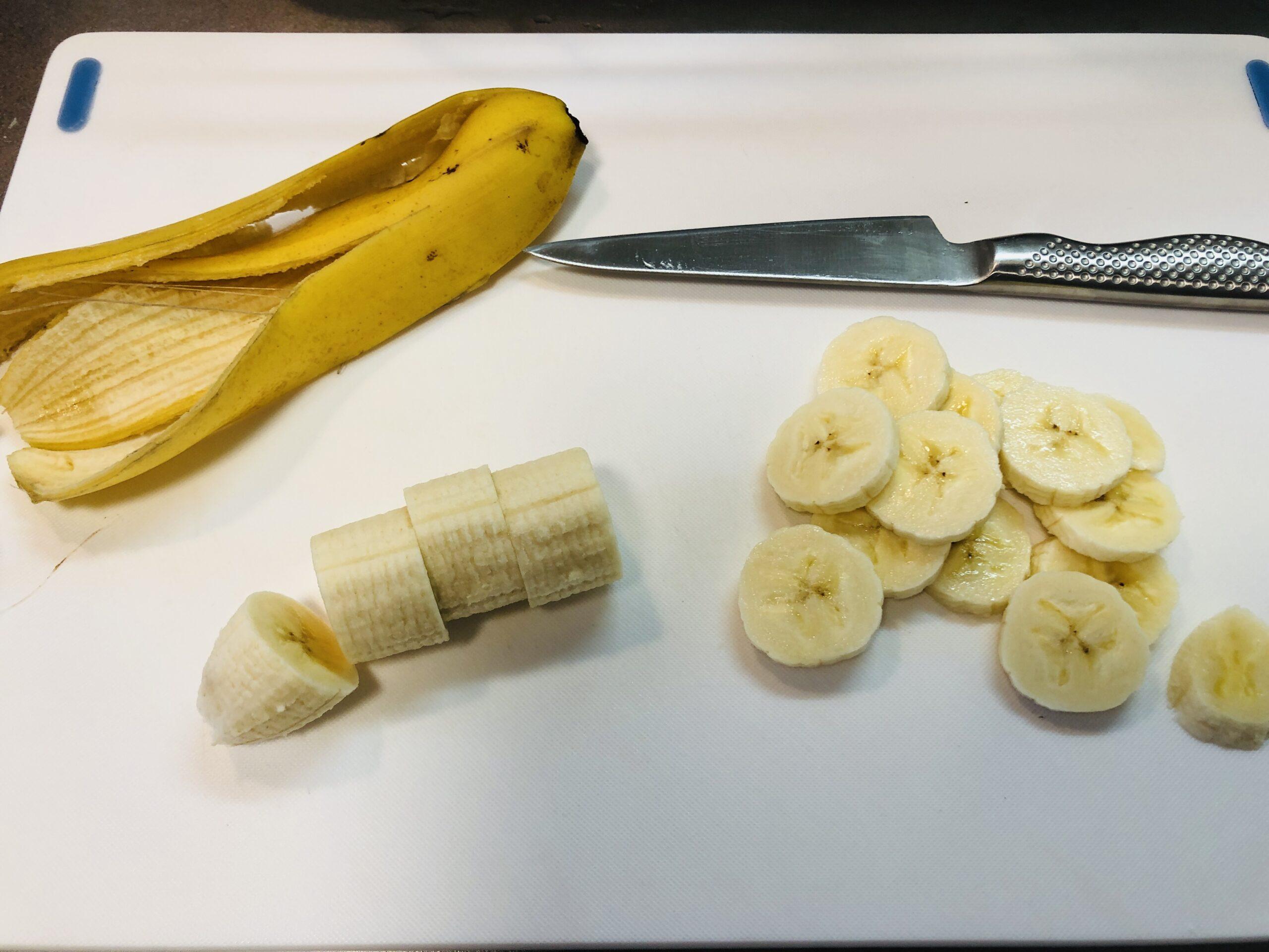 バナナの皮を剥いてを切った画像です