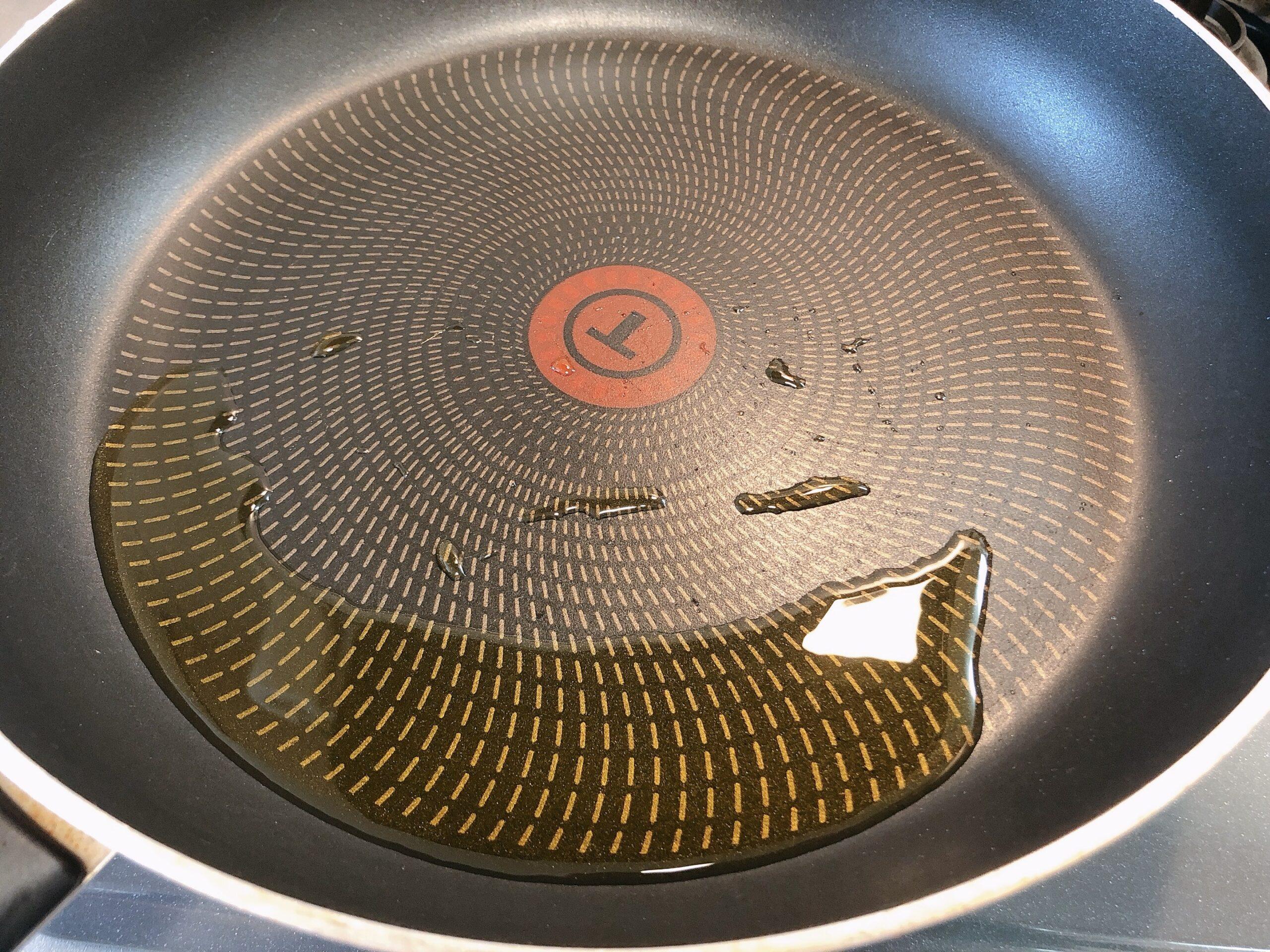 フライパンを熱し、油を引いた状態の画像です