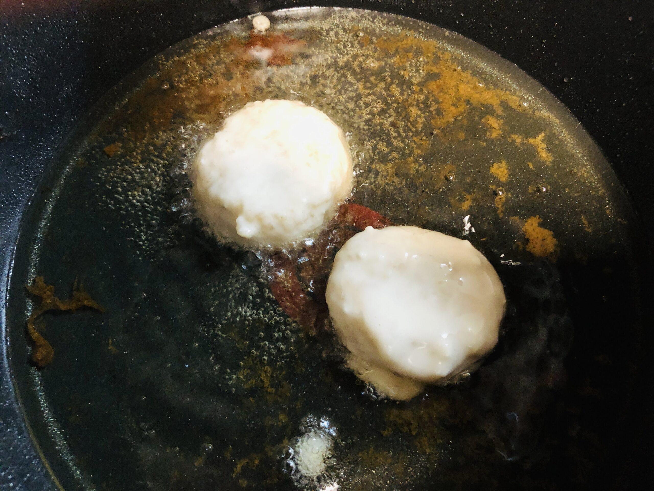 サラダ油で揚げ焼きにしている様子の画像です