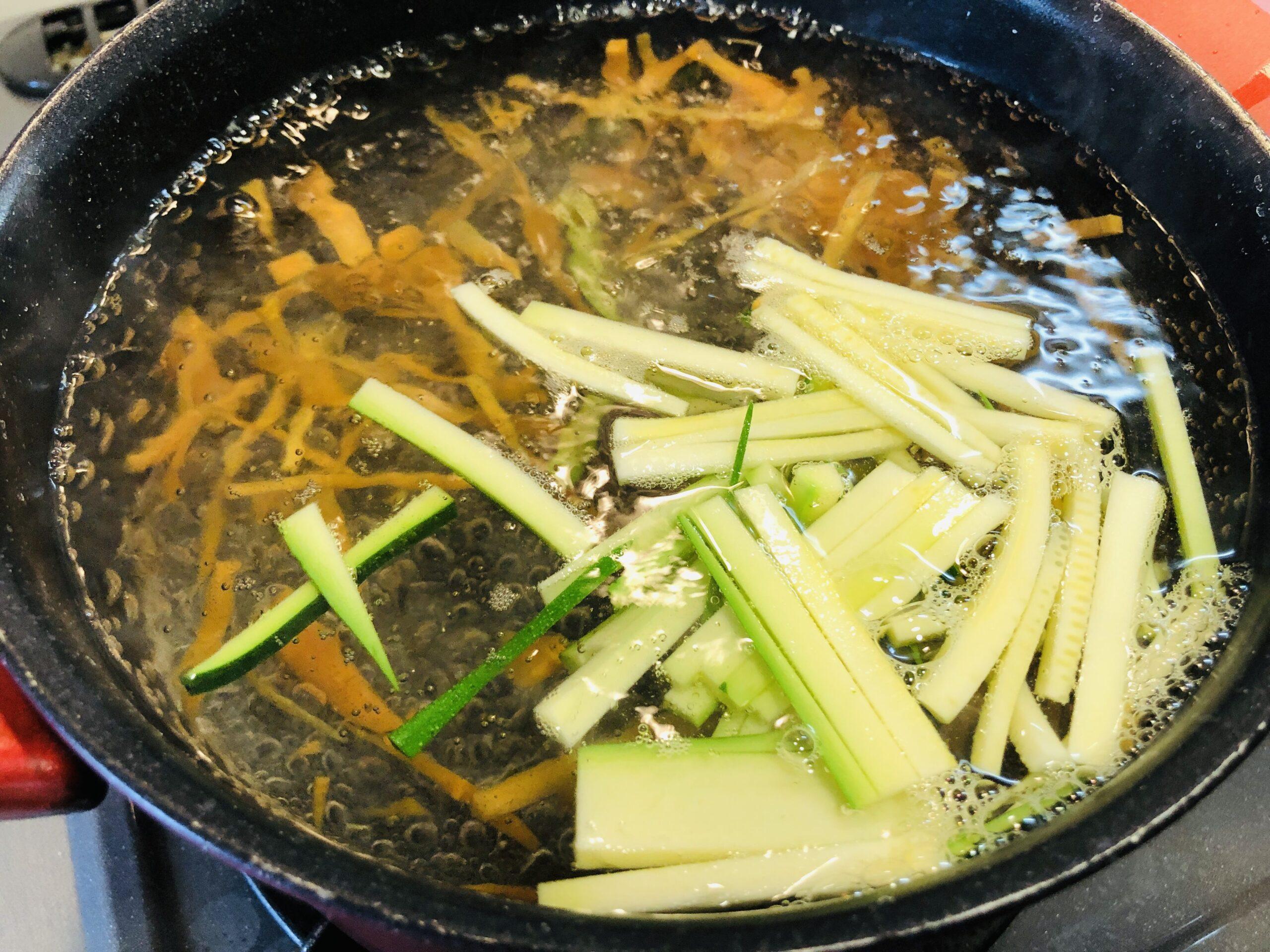 野菜を塩ゆでしている様子の画像です