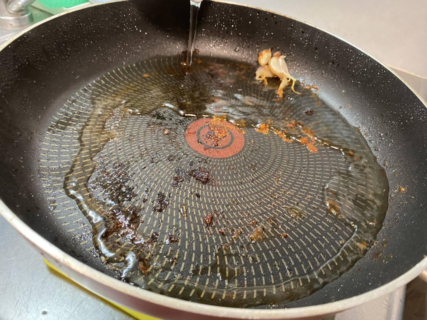 鍋に水を入れている様子の画像です
