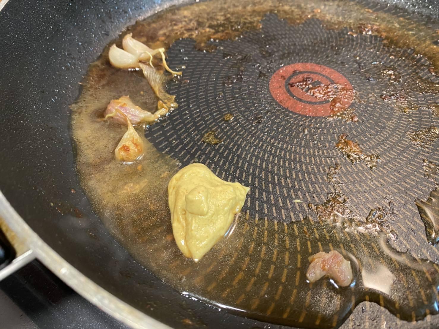 鍋にマスタードを入れた状態の画像です