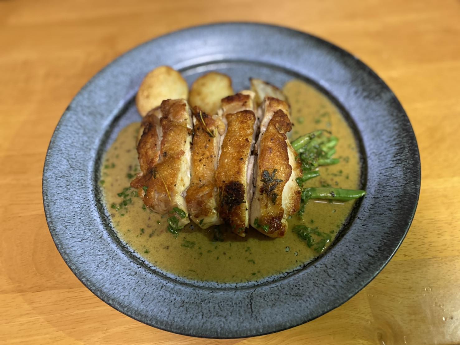 鶏ももステーキマスタードレモンソース レンジで簡単新玉ねぎのロースト風の盛り付け完成画像です