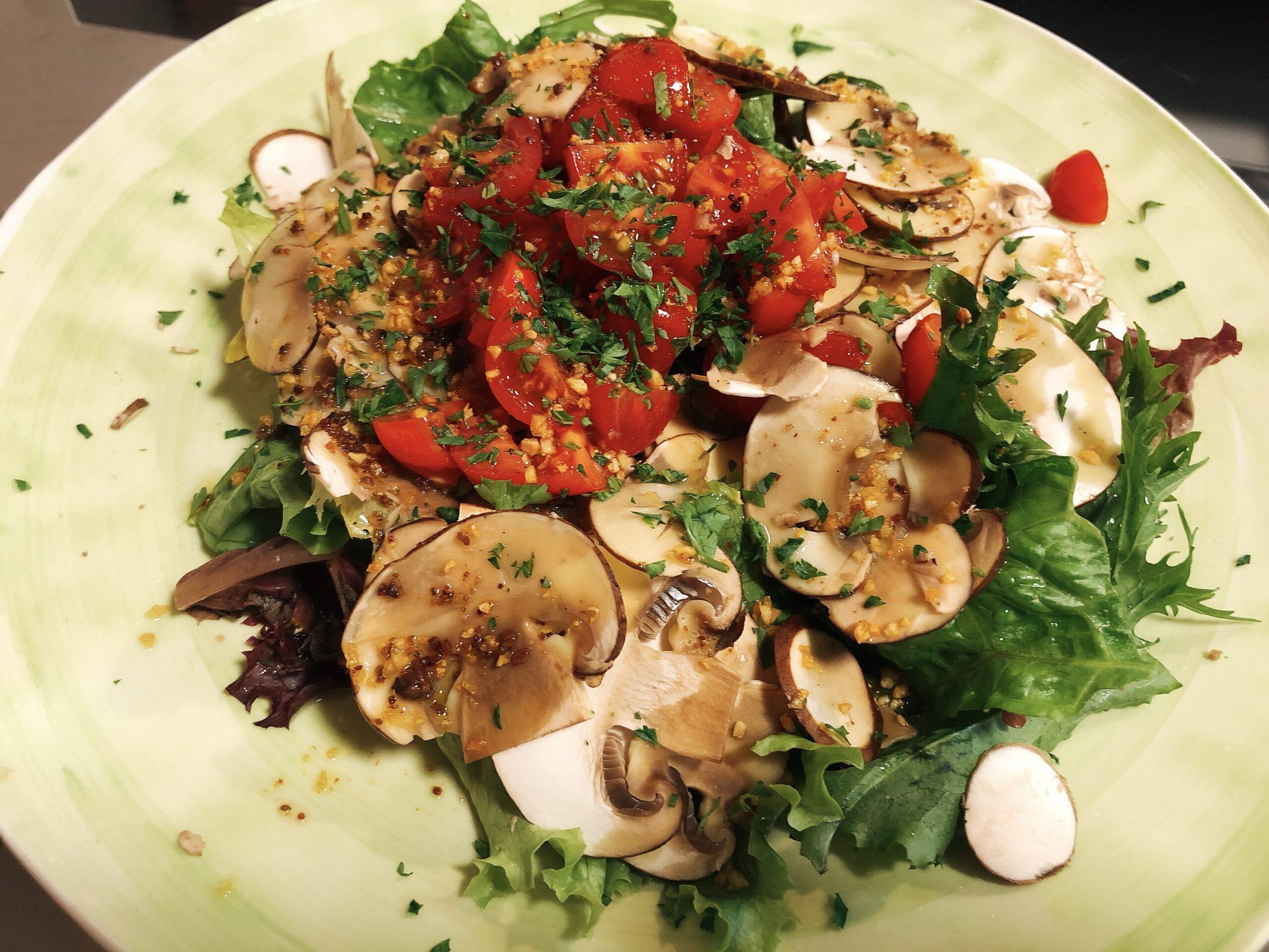 盛り付けたサラダの上からアンチョビガーリックオイルをかけた状態の画像です