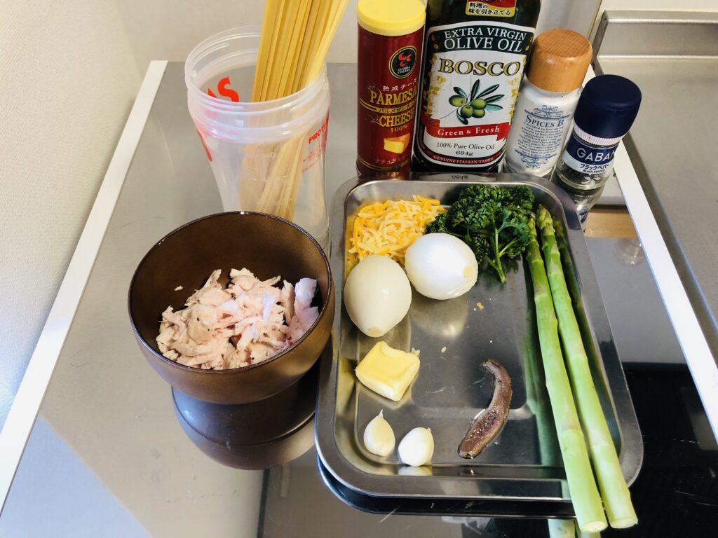 サラダチキンとアスパラ、新玉ねぎ、フレッシュトマトのパスタソースの材料画像です