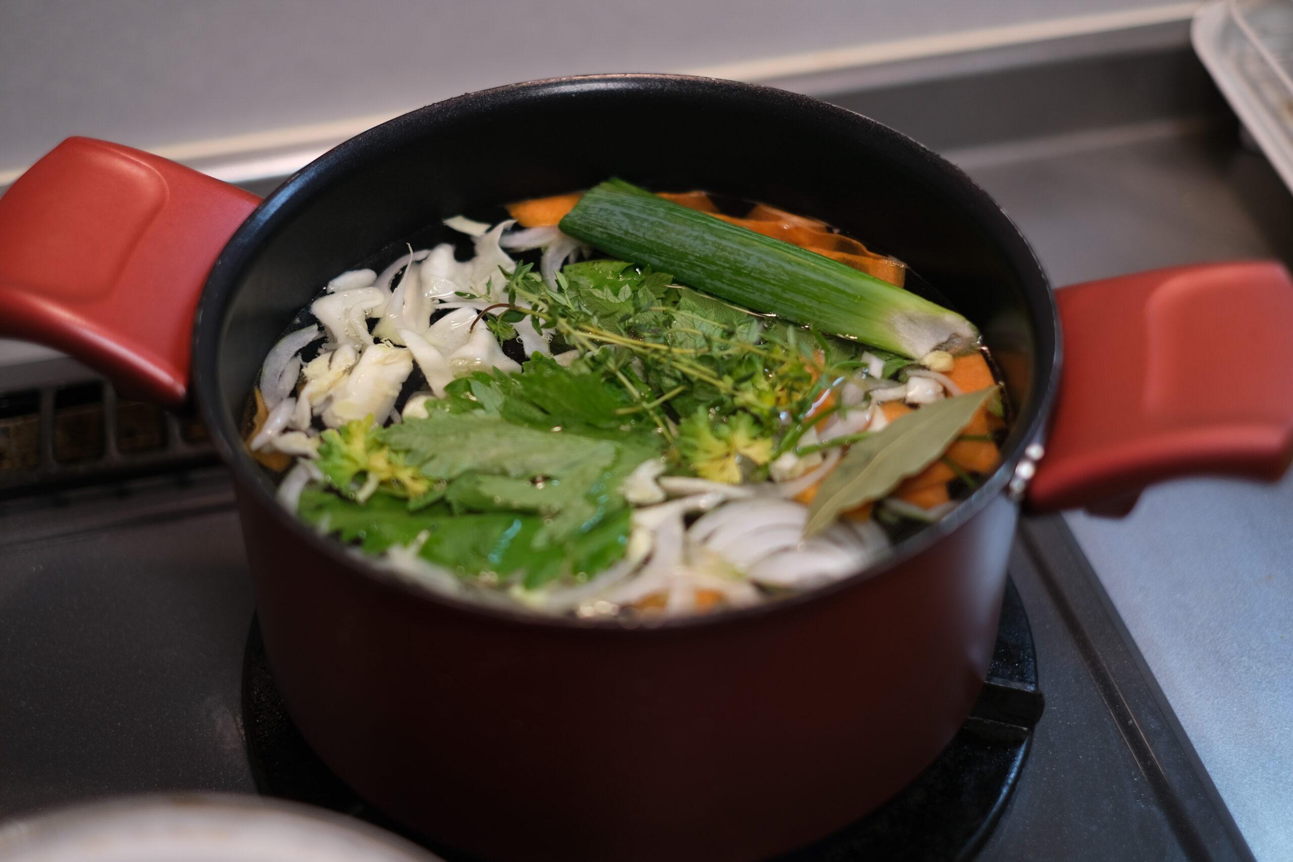 端材野菜でだし汁を取っている様子の画像です