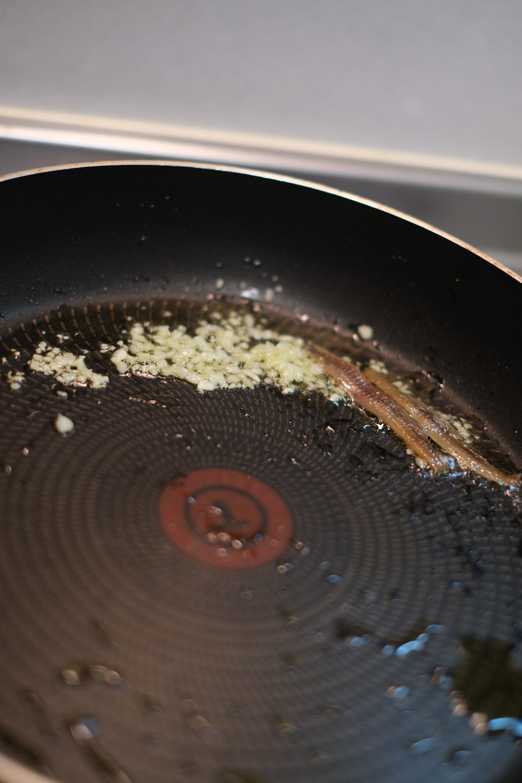 フライパンにアンチョビを加えた状態の画像です