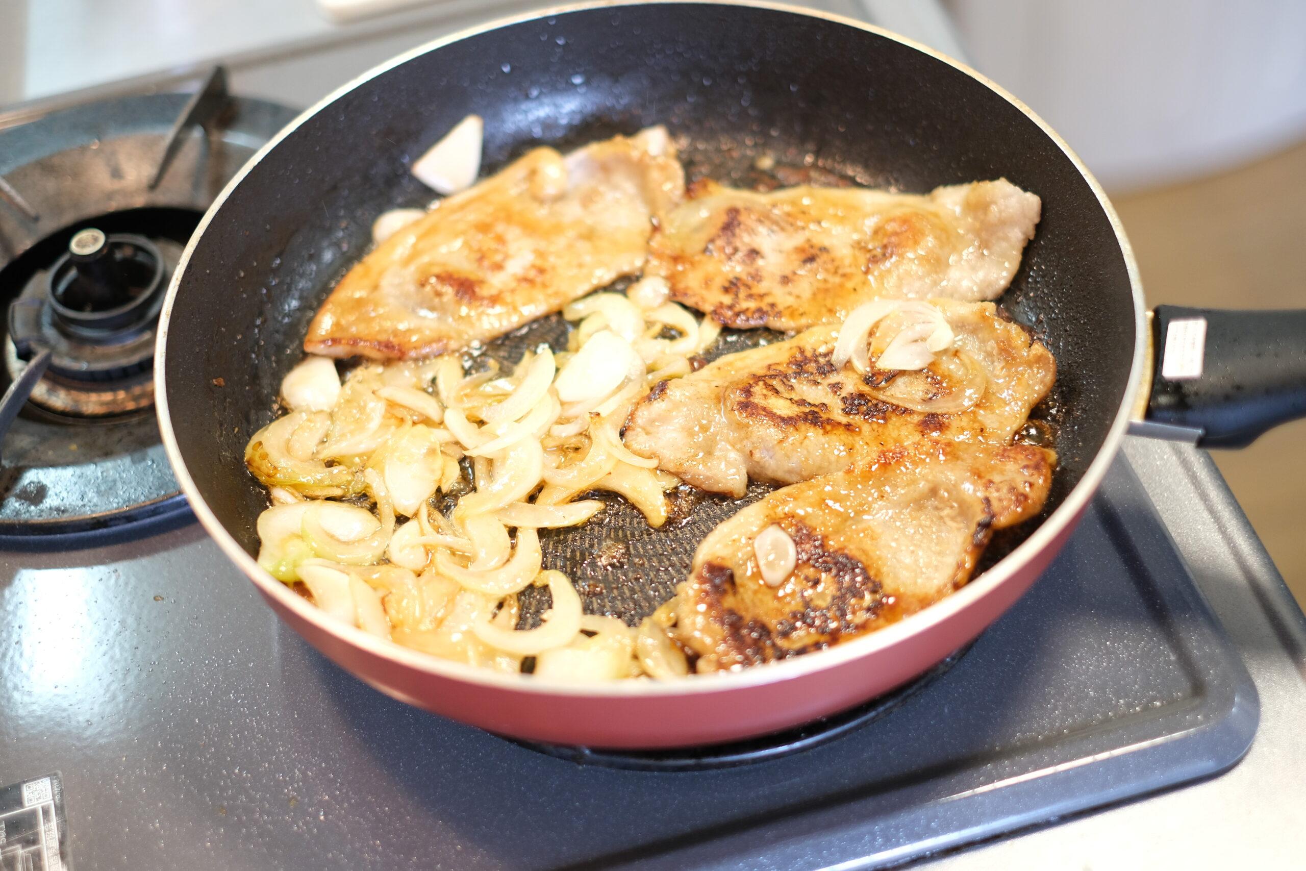 煮立った合わせ調味料を煮からめて両面軽く焼いた状態の画像です