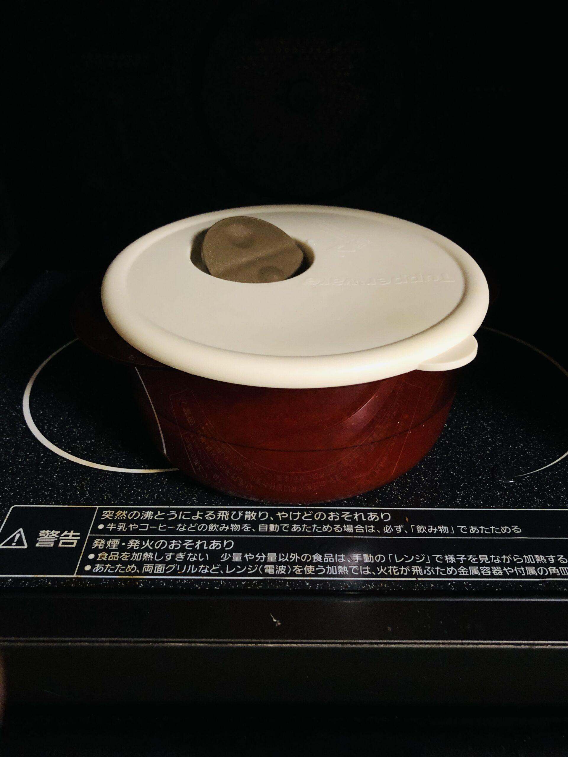 耐熱容器をレンジに入れた状態の画像です