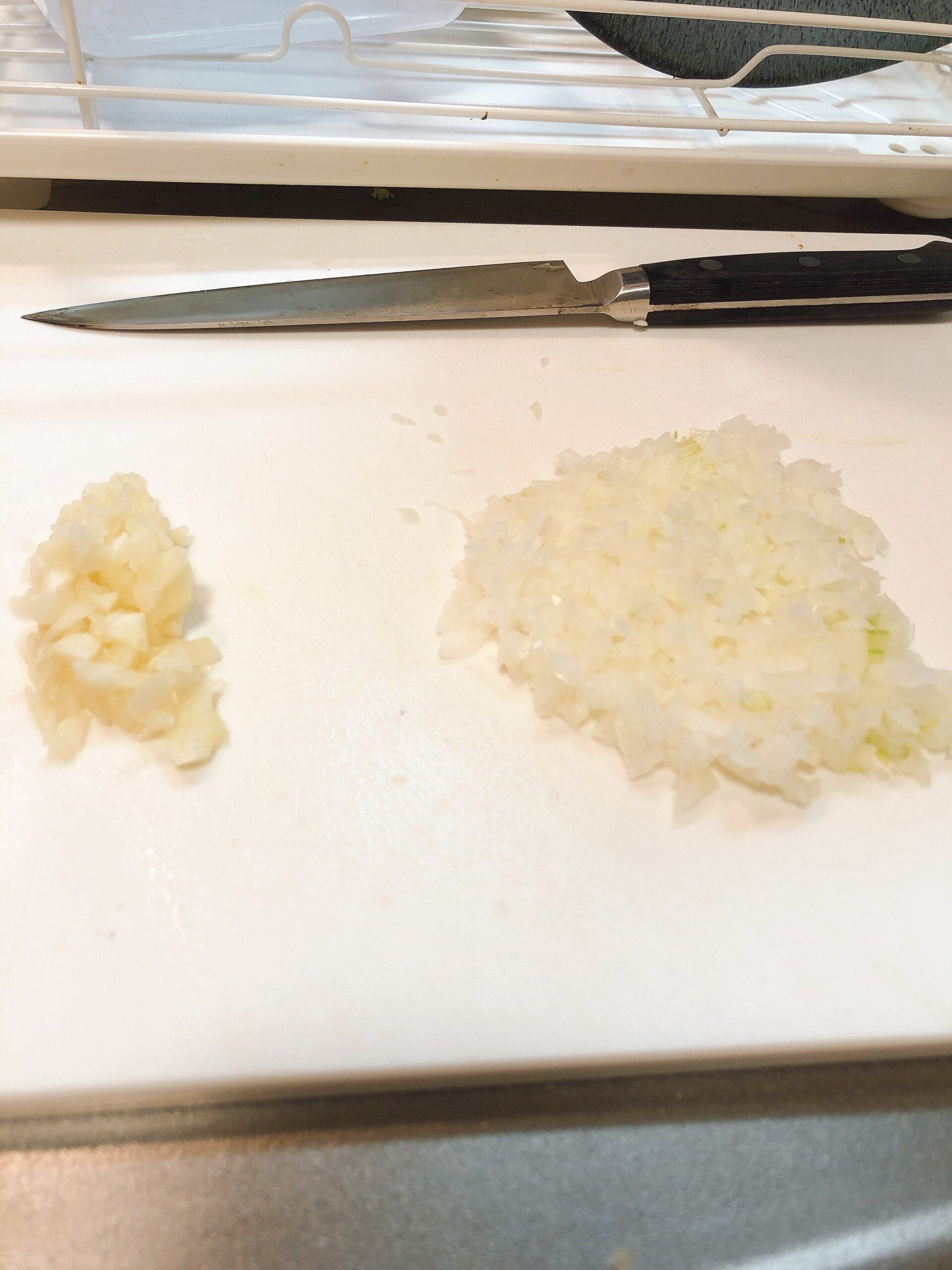 みじん切りにしたニンニクと玉ねぎの画像です
