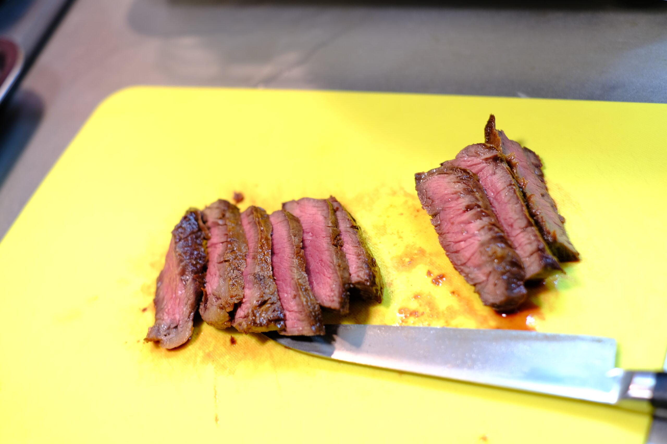 カットした牛ハラミ肉ステーキの画像