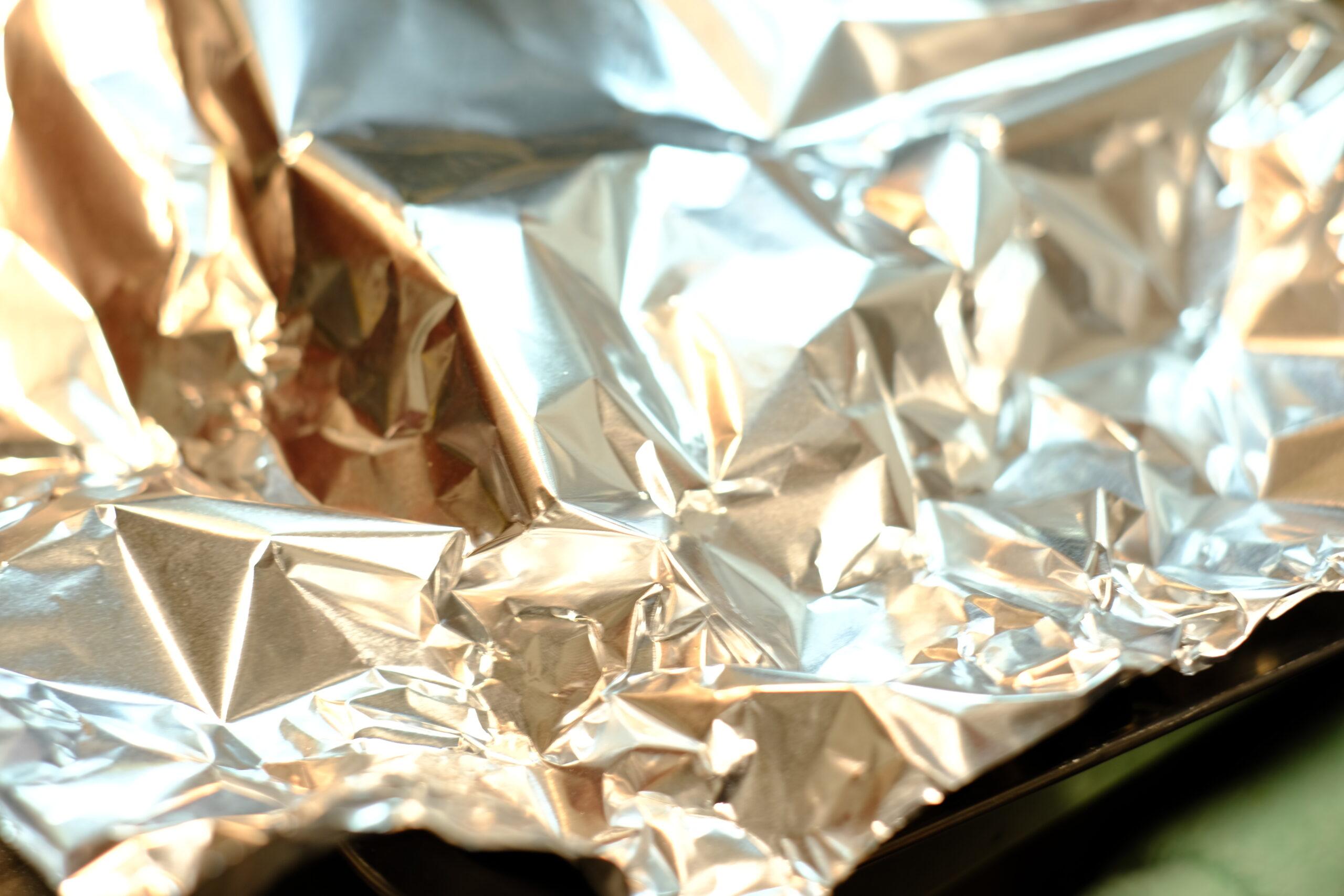 焼いてアルミホイルをかぶせて軽く保温しながら予熱で熱を入れている様子の画像