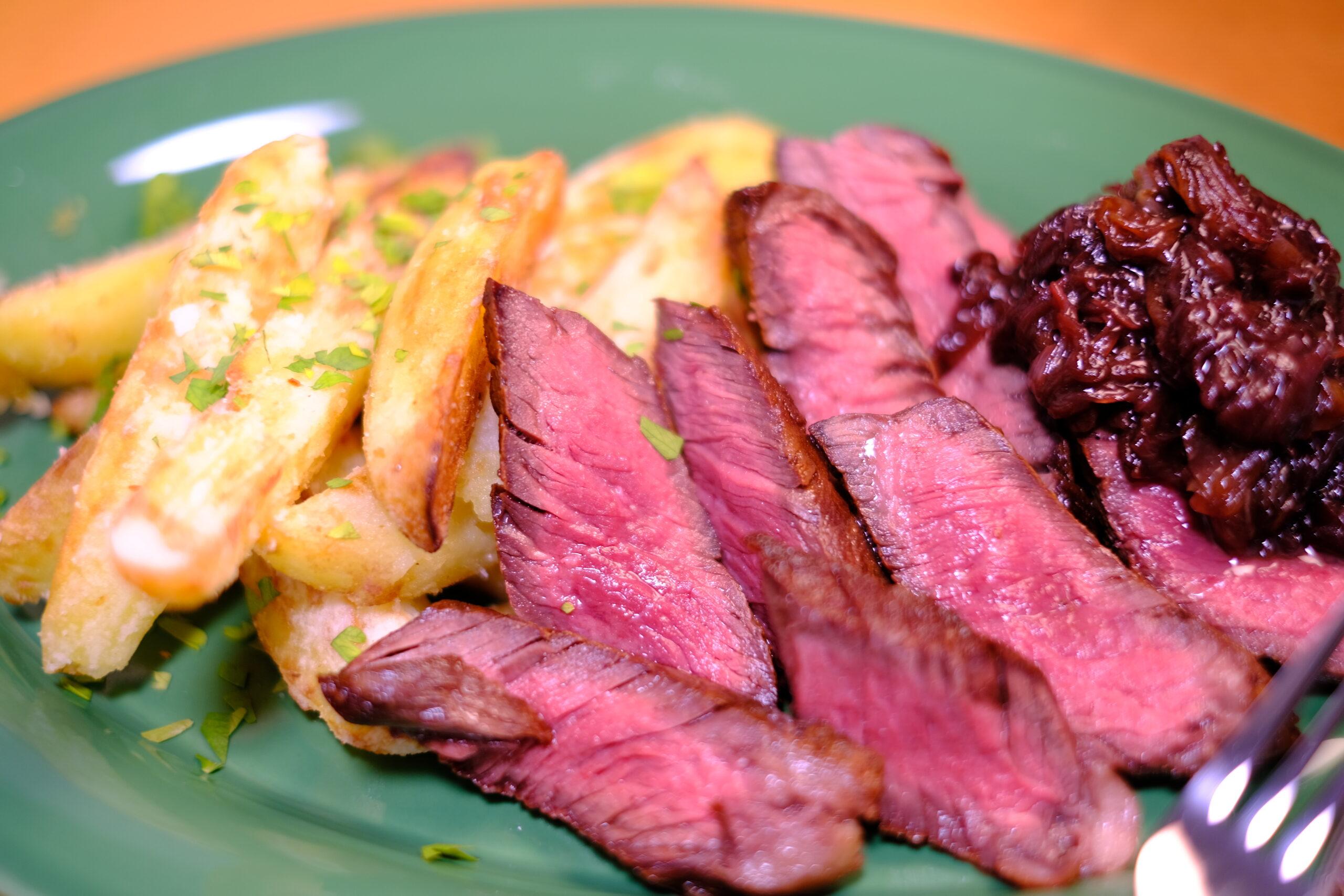 牛ハラミ肉ステーキの盛り付け完成アップ画像