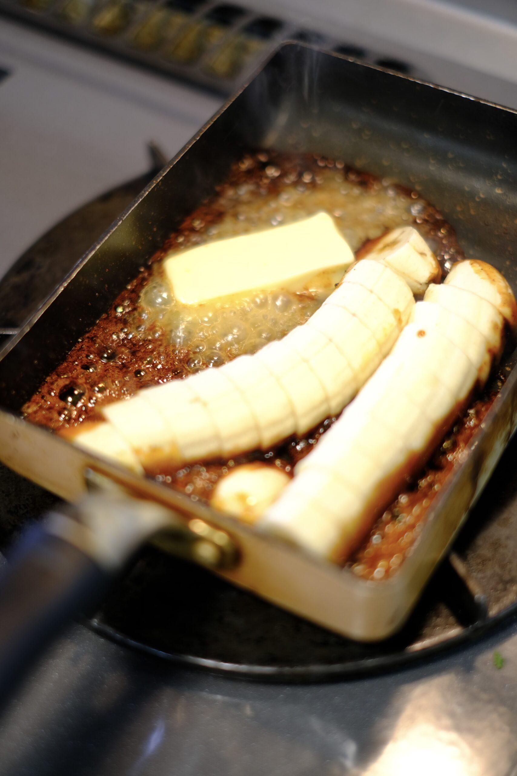 カットしたバナナとバターを加えた様子の画像です