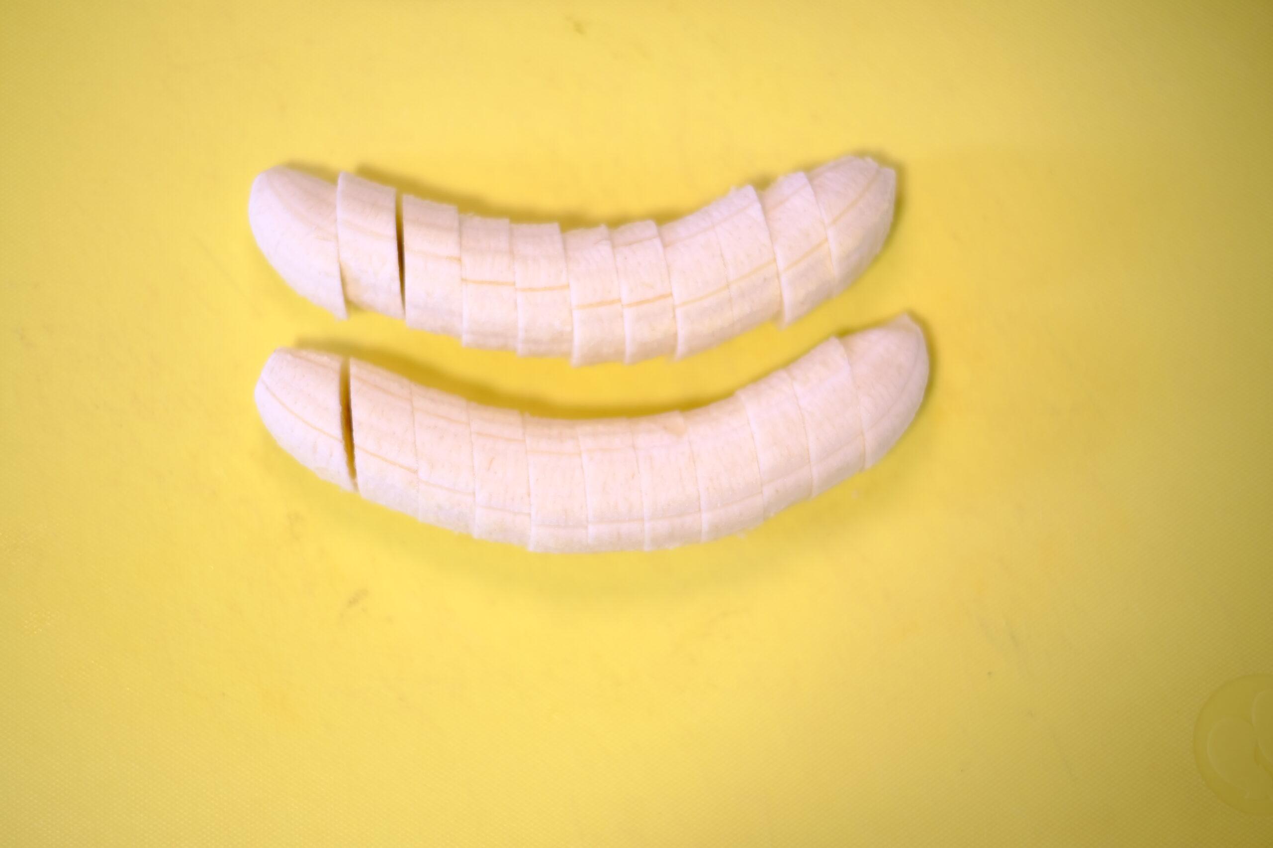 まな板の上で皮を剥いてカットしたバナナの画像です