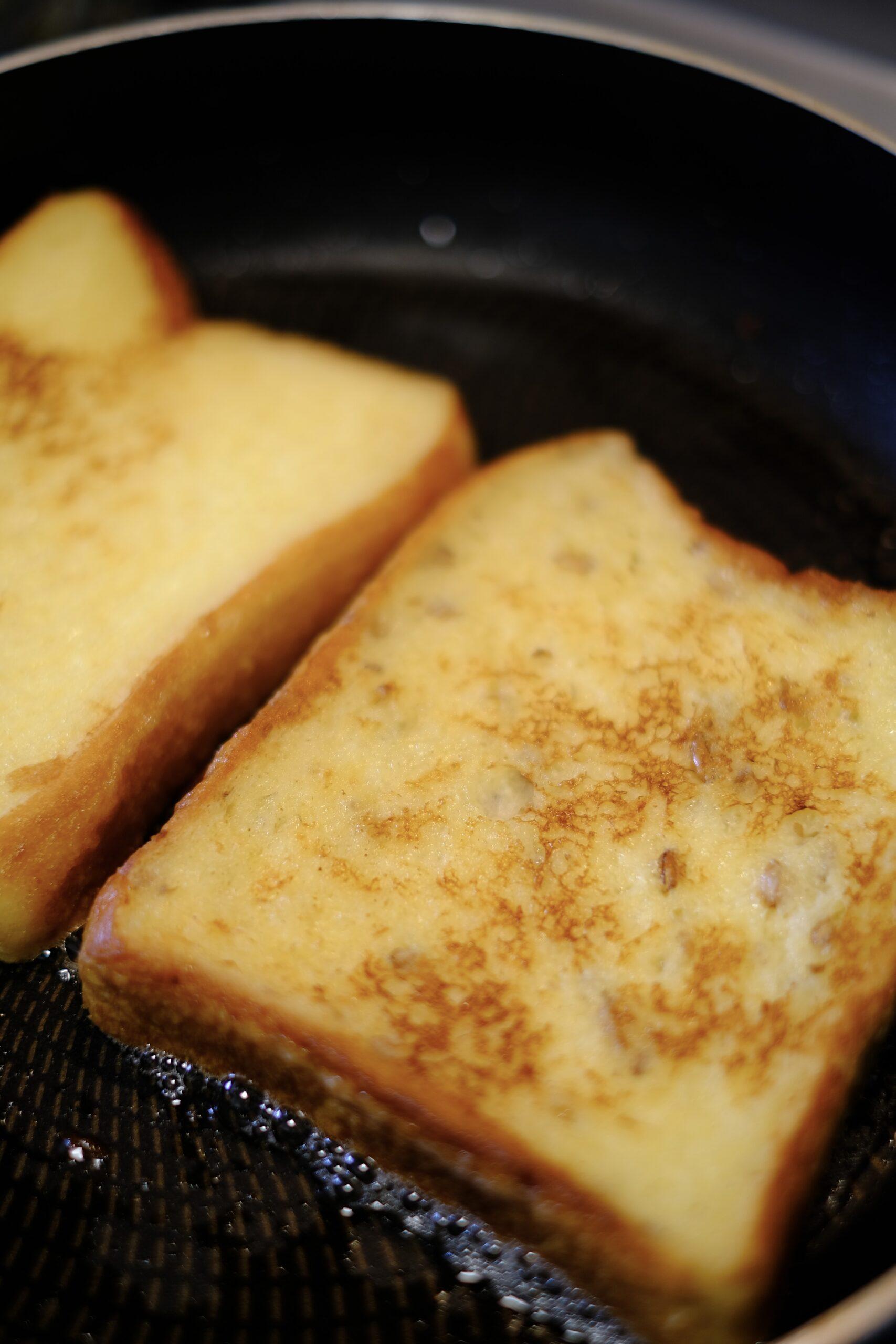フライパンで焼いているパンに焼き色がついているようすの画像です