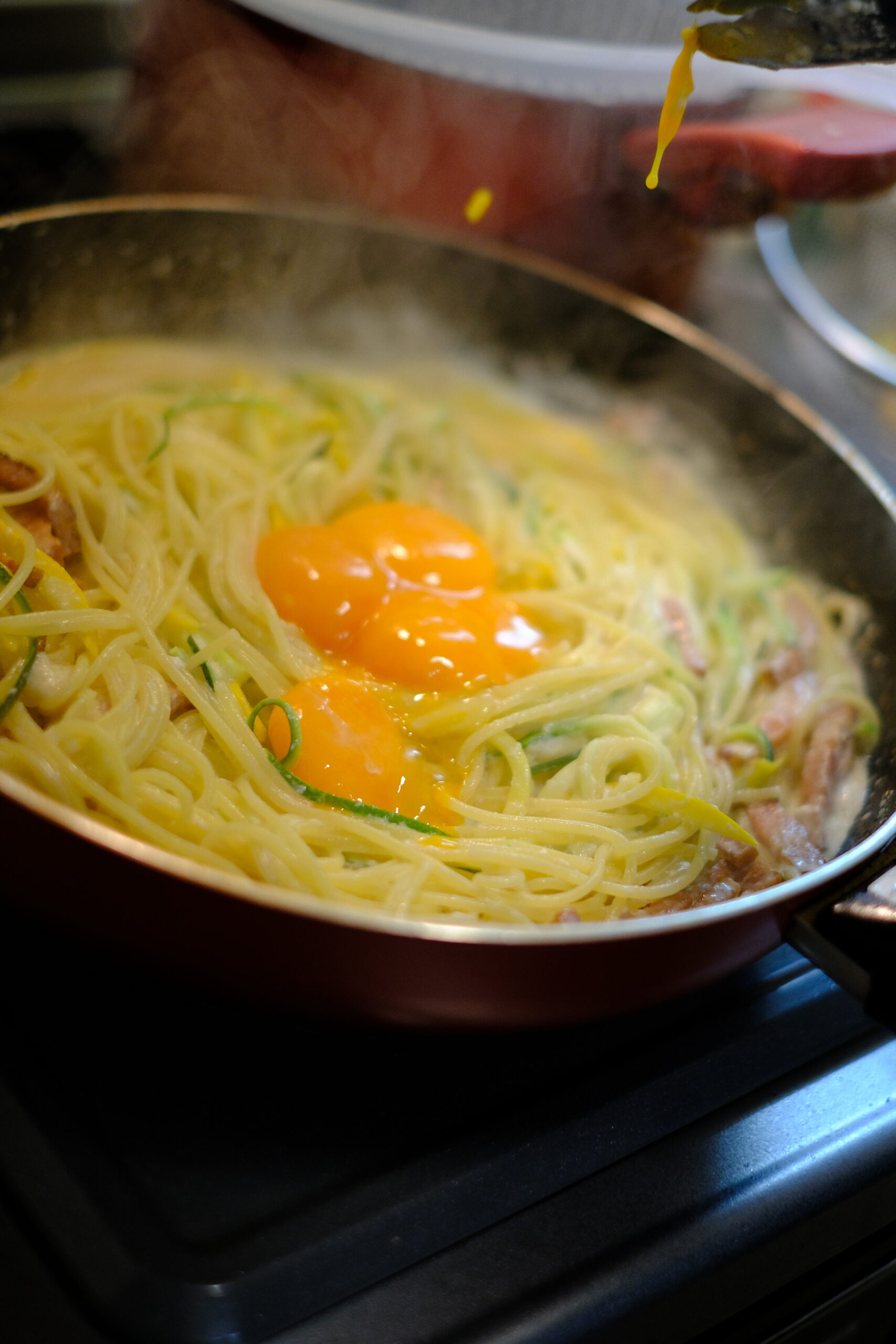 フライパンに卵黄を加えたようすの画像です