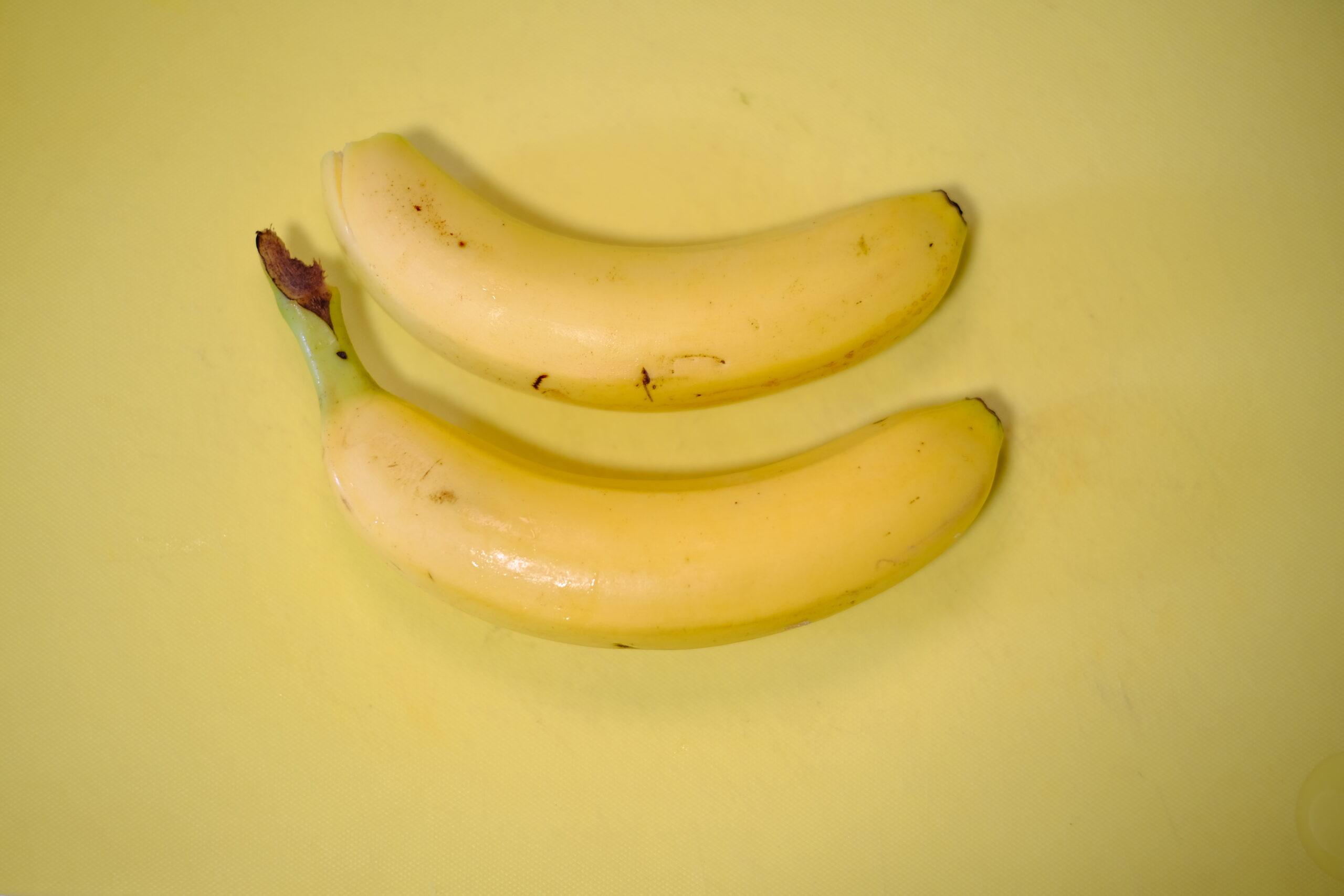 まな板の上のバナナの画像です