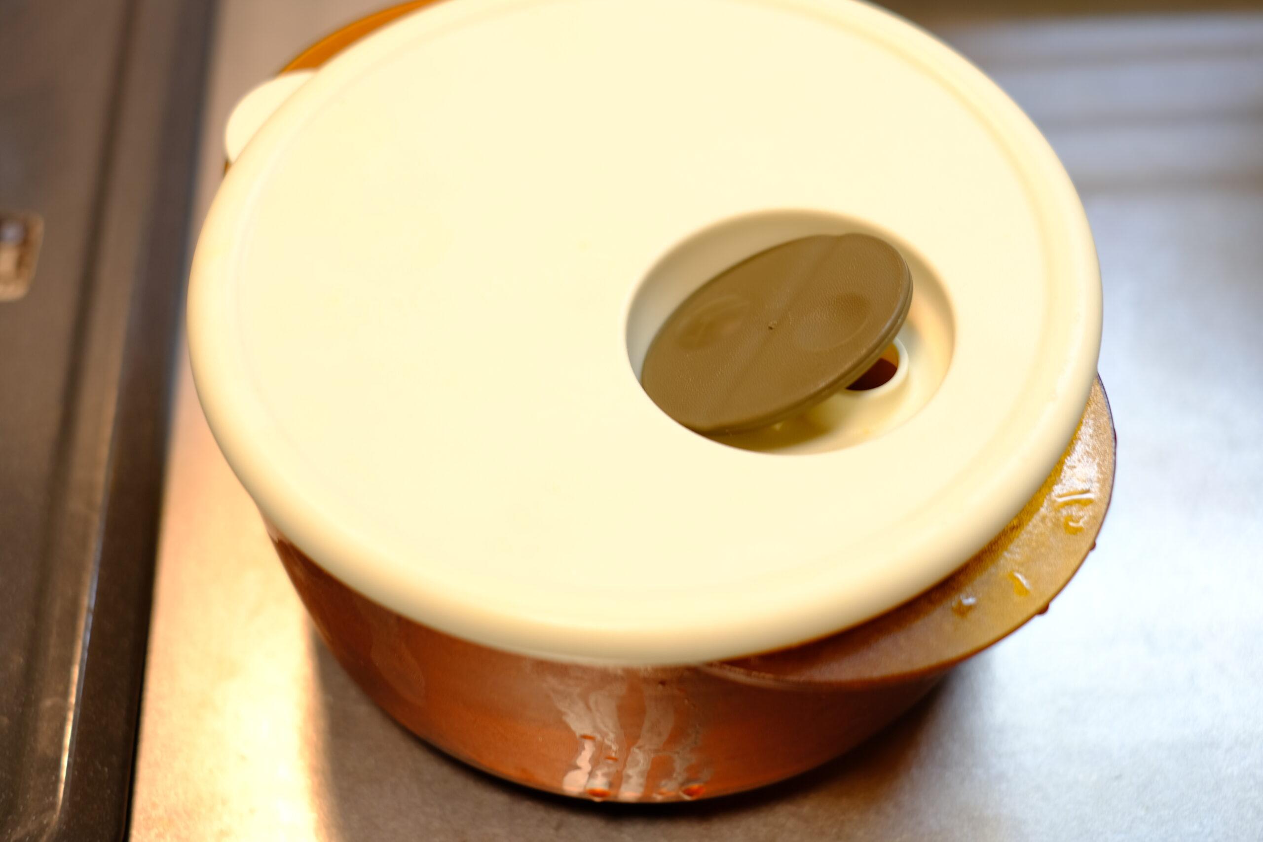 じゃがいものレンジ加熱容器の蓋をかぶせた状態の画像です