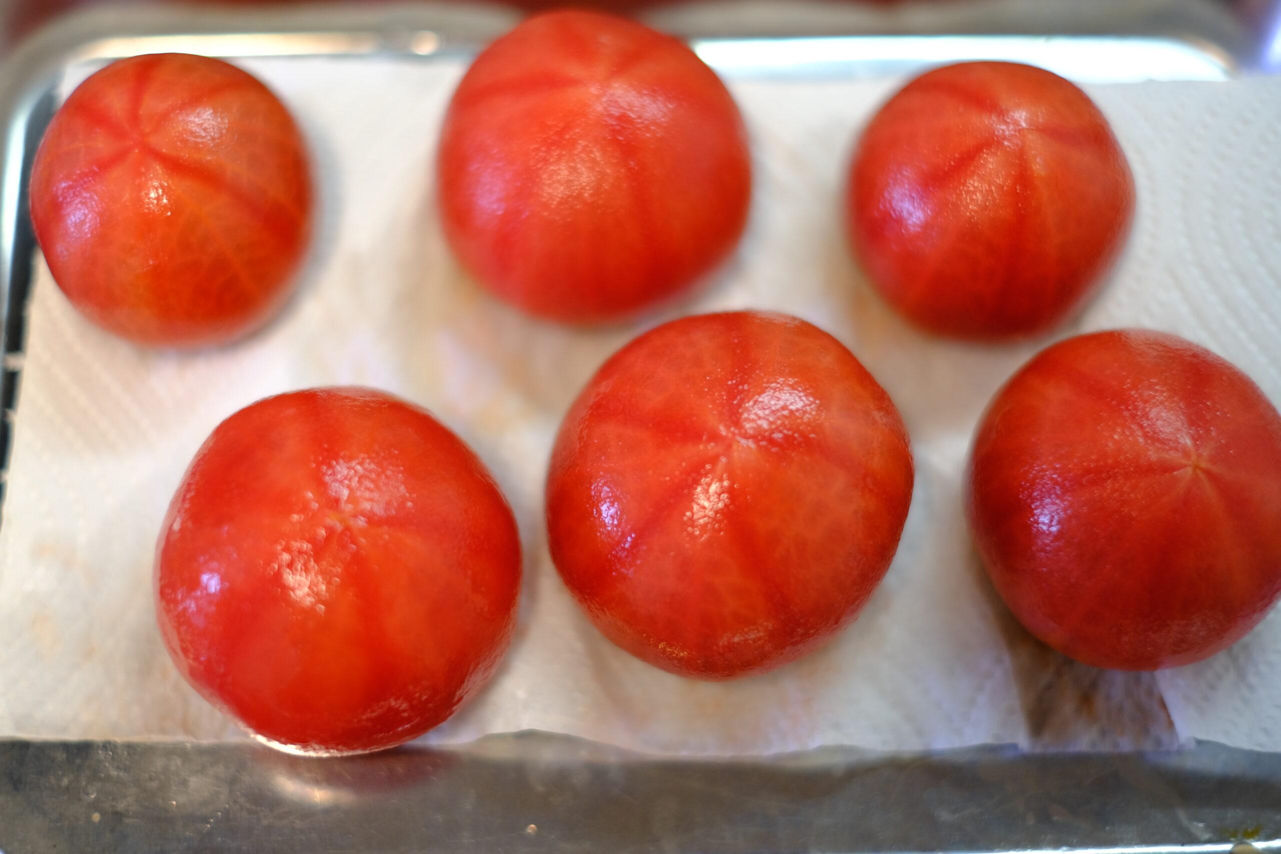 皮を剥いたフルーツトマトの画像