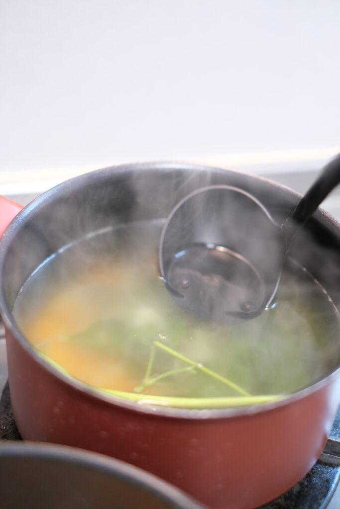 半端の玉ねぎや人参の皮、セロリの端材、パセリの茎、長ネギの緑の部分、ローリエ等を20分程煮込んだものに固形ブイヨンを薄めに溶かしたものの画像です