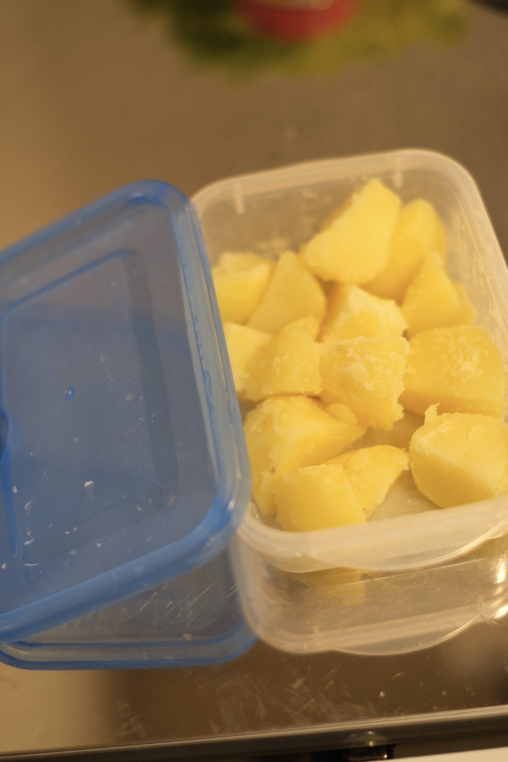皮を剥いて一口サイズに切ったジャガイモを耐熱容器に入れ水を少し入れてレンジで加熱したジャガイモの画像です