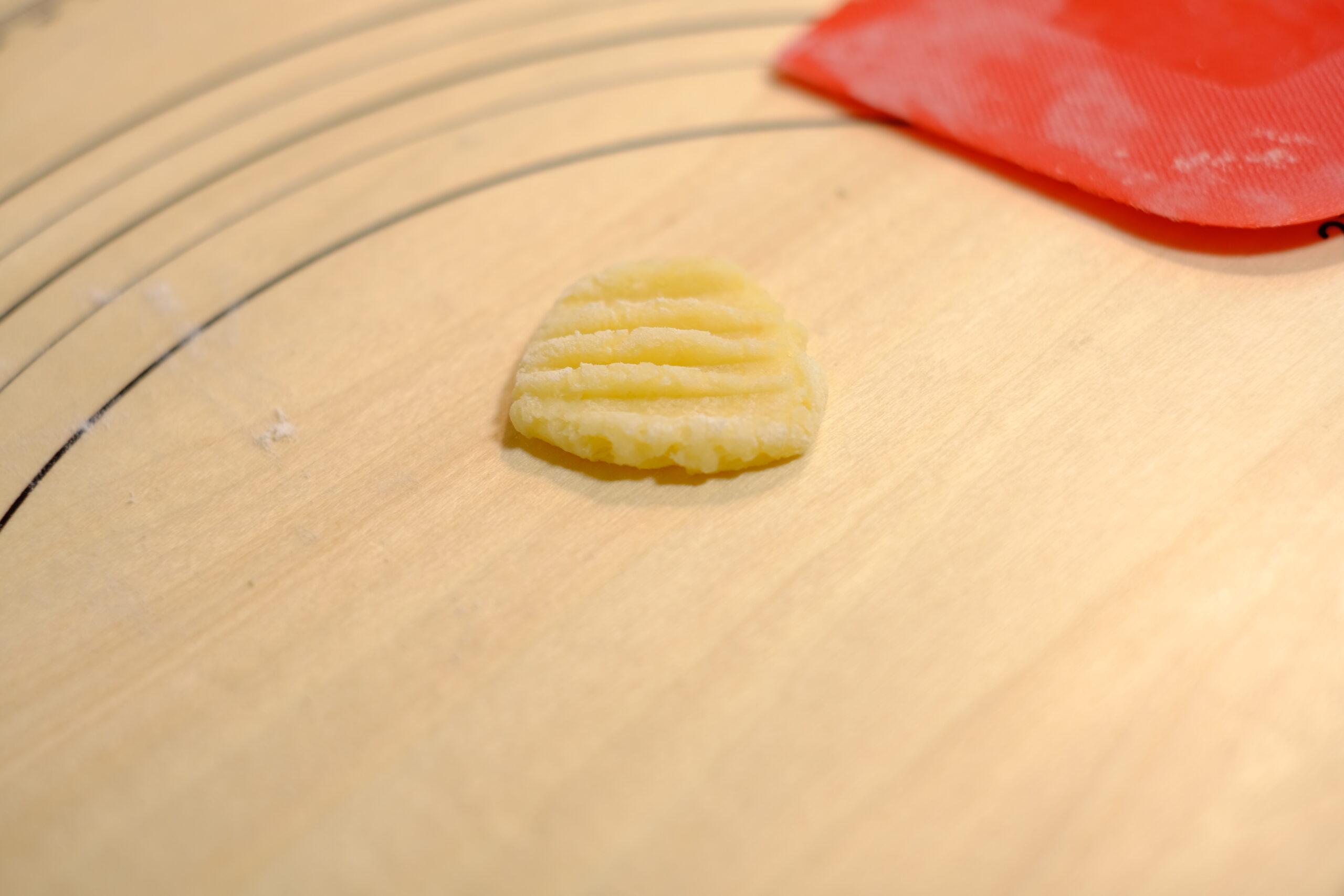 フォークで模様のついたニョッキの生地の画像です