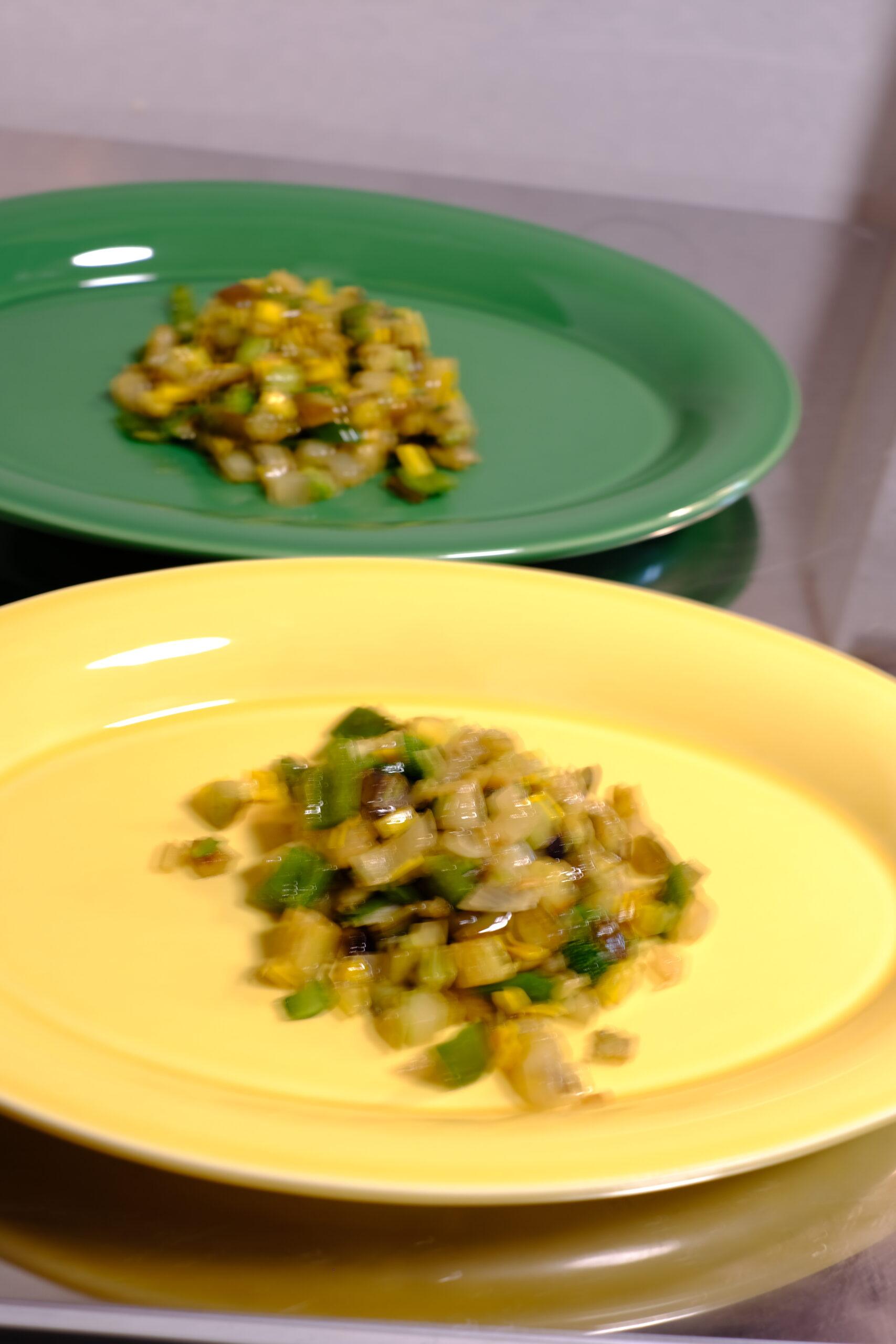 お皿に夏野菜のソテーを載せた状態の画像です