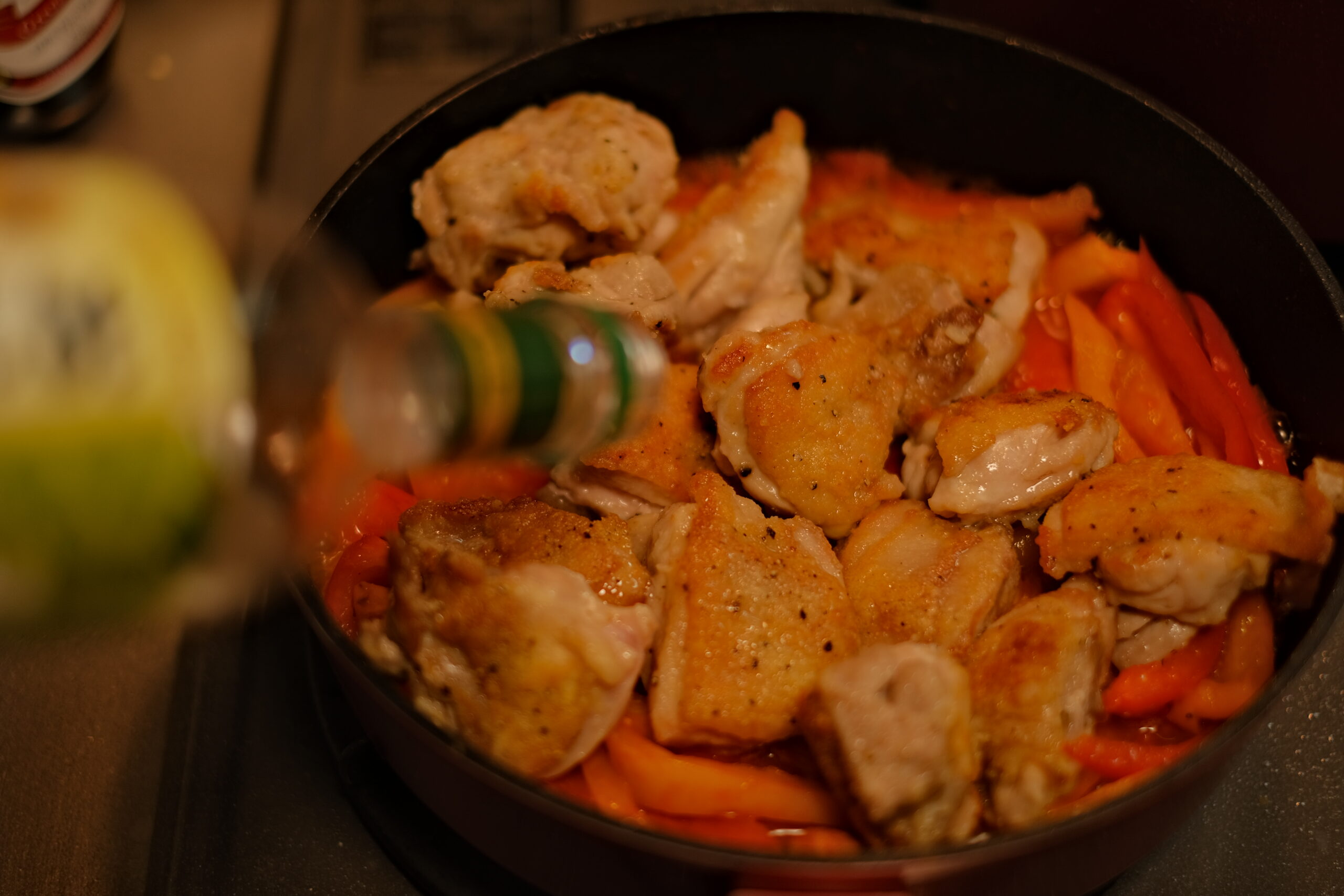 鶏肉を鍋に戻し、白ワインを加えている様子の画像です