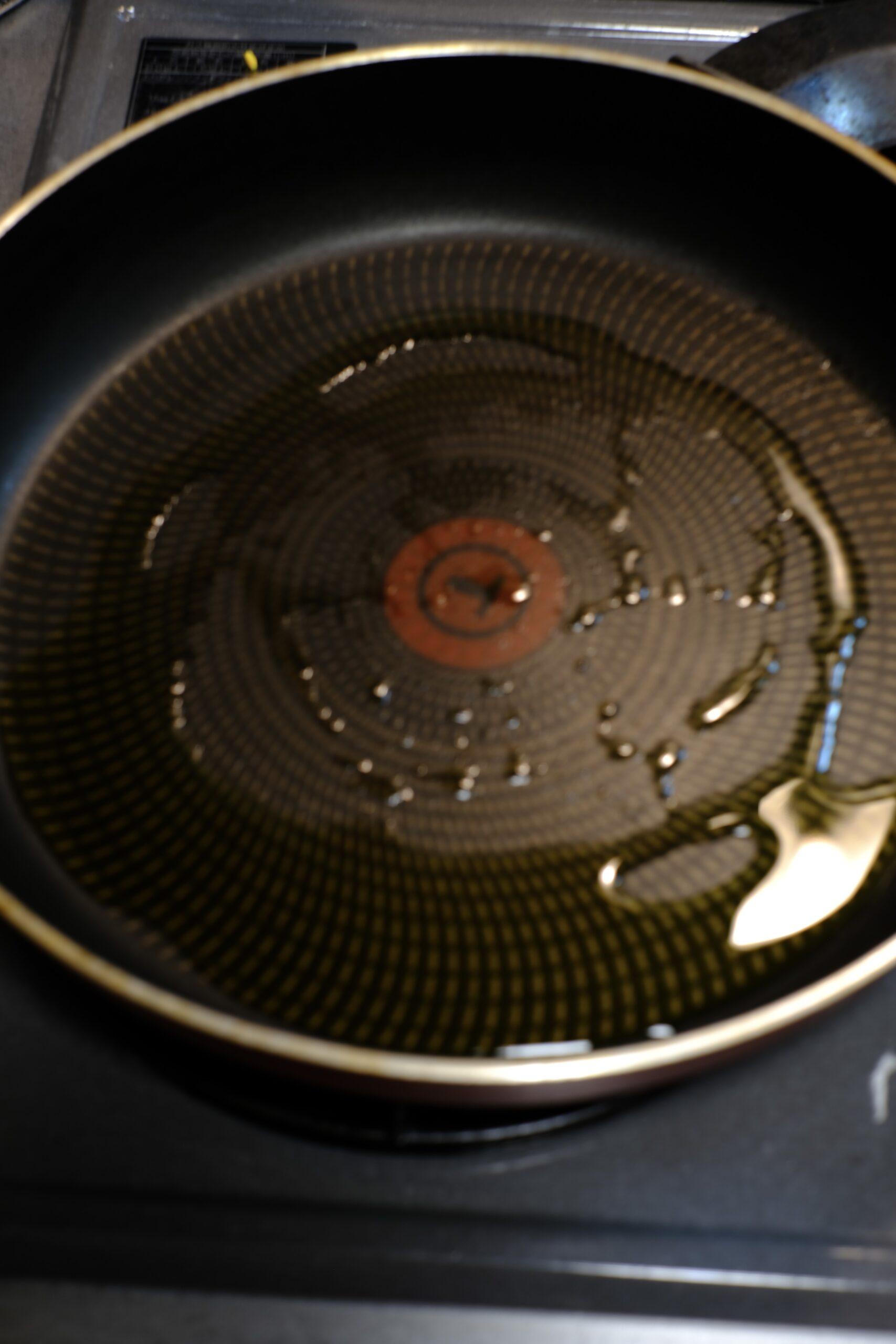 フライパンに大さじ3位のオリーブオイルを入れ、加熱している様子の画像です