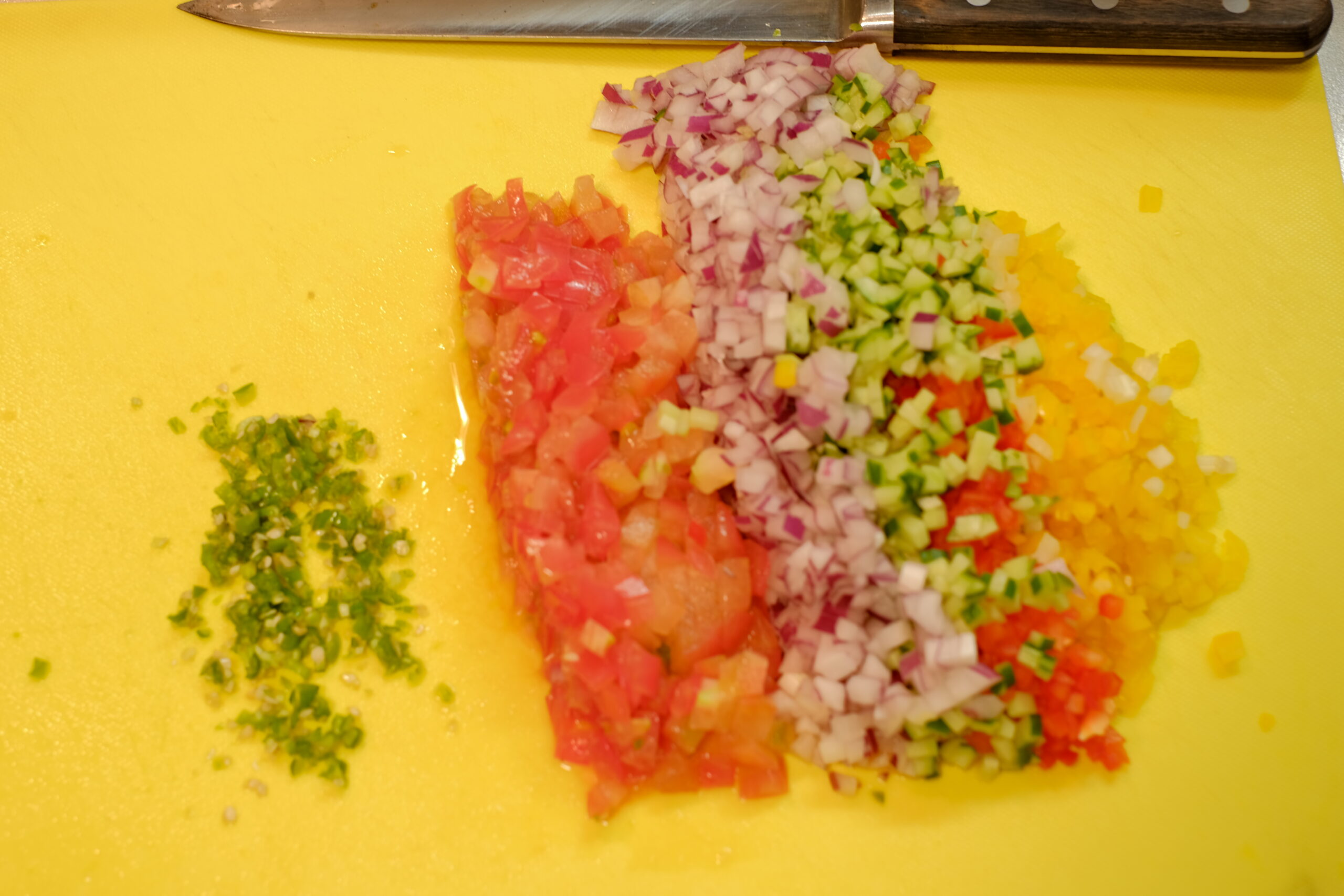 みじん切りにした青唐辛子と、3mmに切りそろえた野菜の画像です