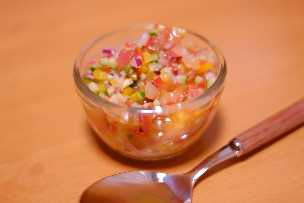 青唐辛子とたっぷり野菜のサルサソースをガラスの器に入れた状態の画像です