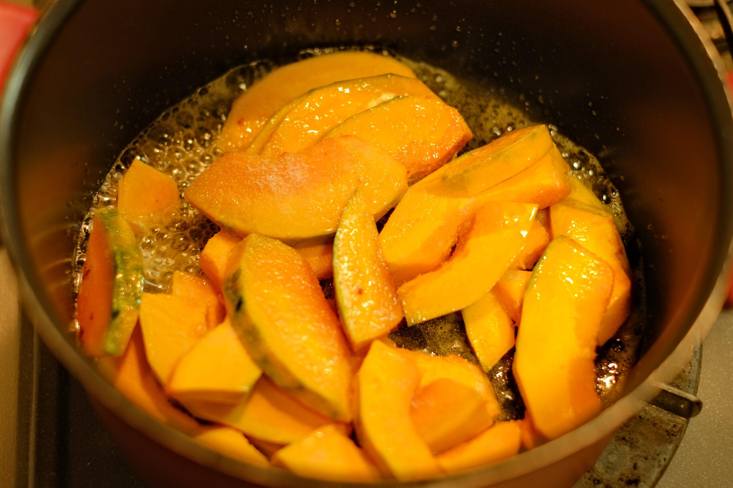 たっぷりのバターでかぼちゃを炒める様子の画像です。